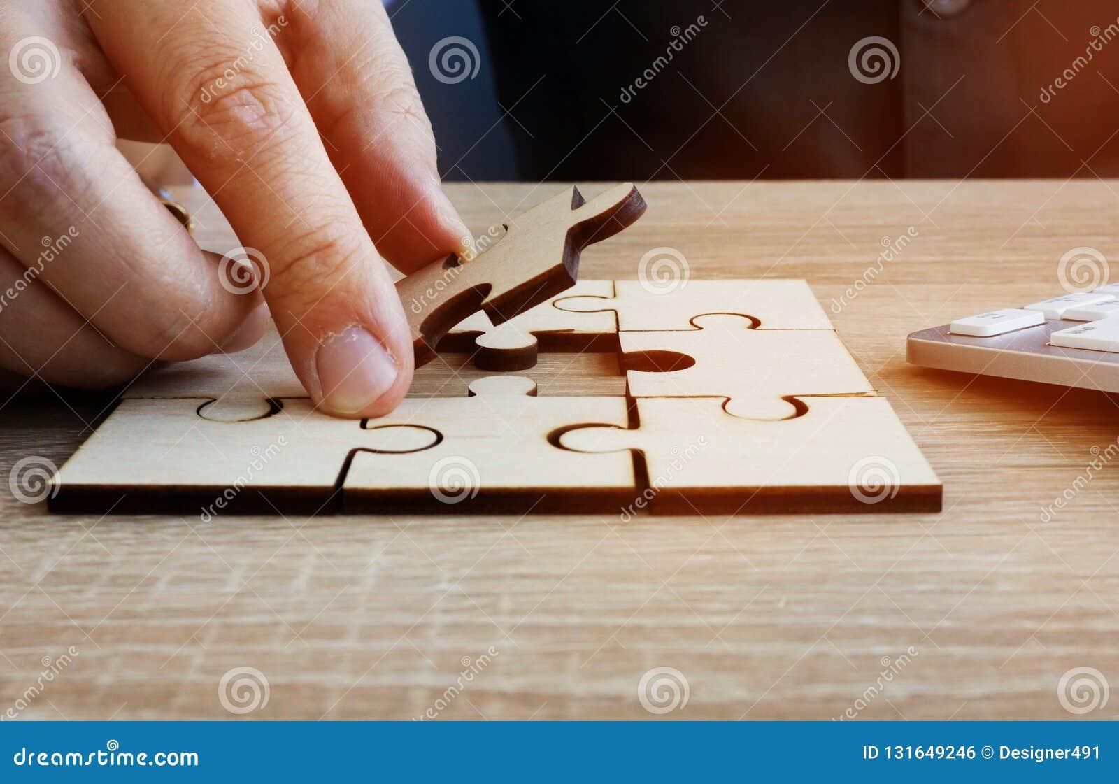 Успех в бизнесе и решение проблем Человек держит часть головоломки