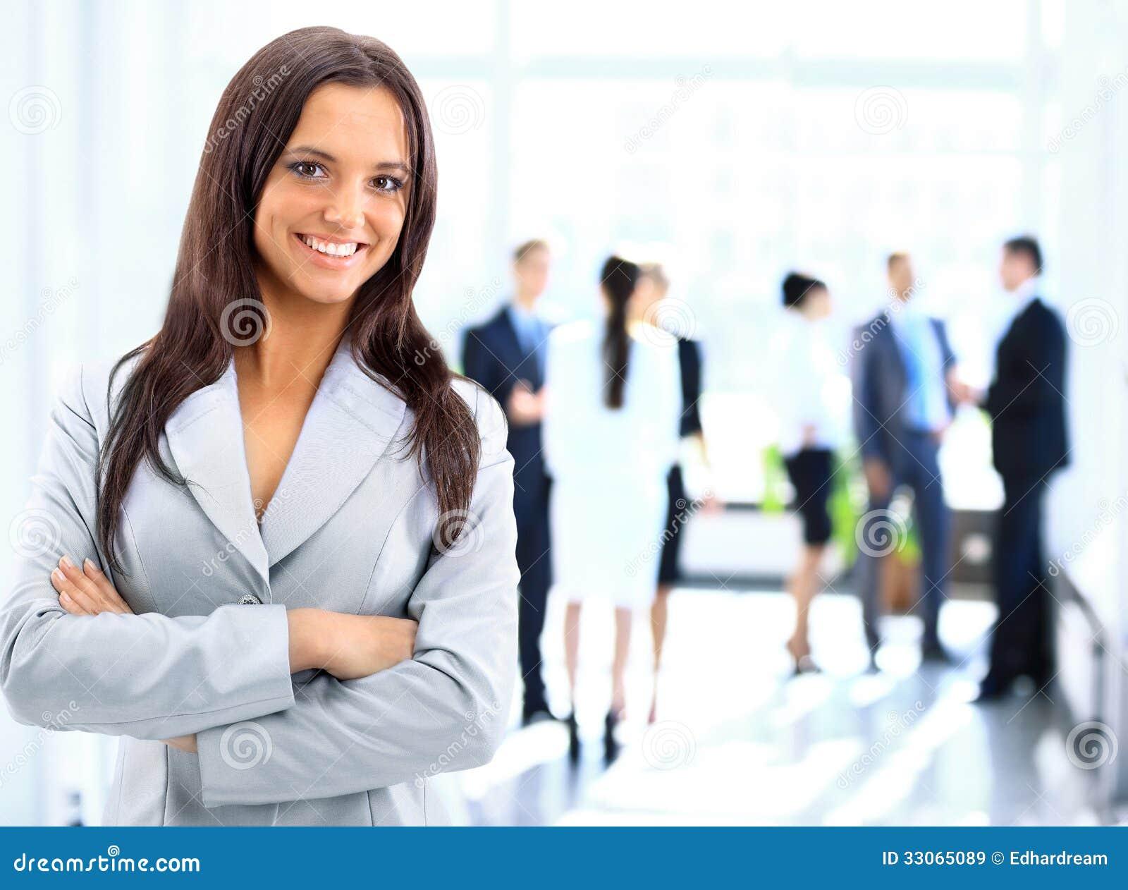 Успешная бизнес-леди стоя с ее штатом