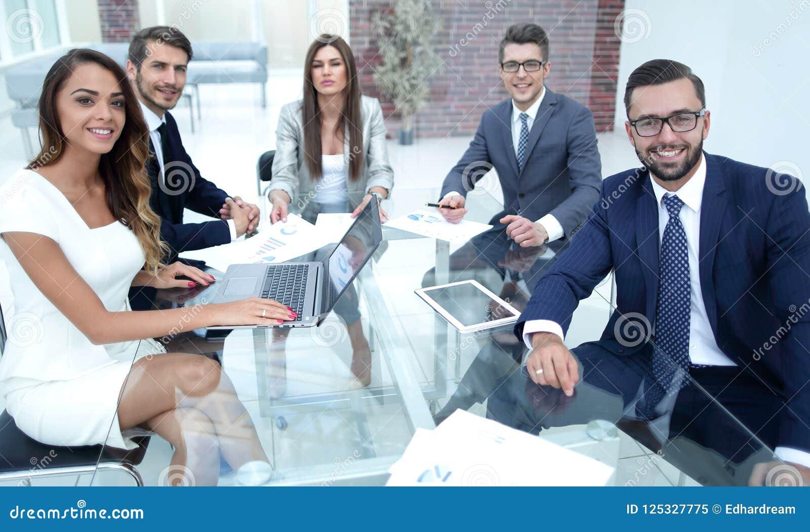 Успешная команда дела сидя на Des офиса