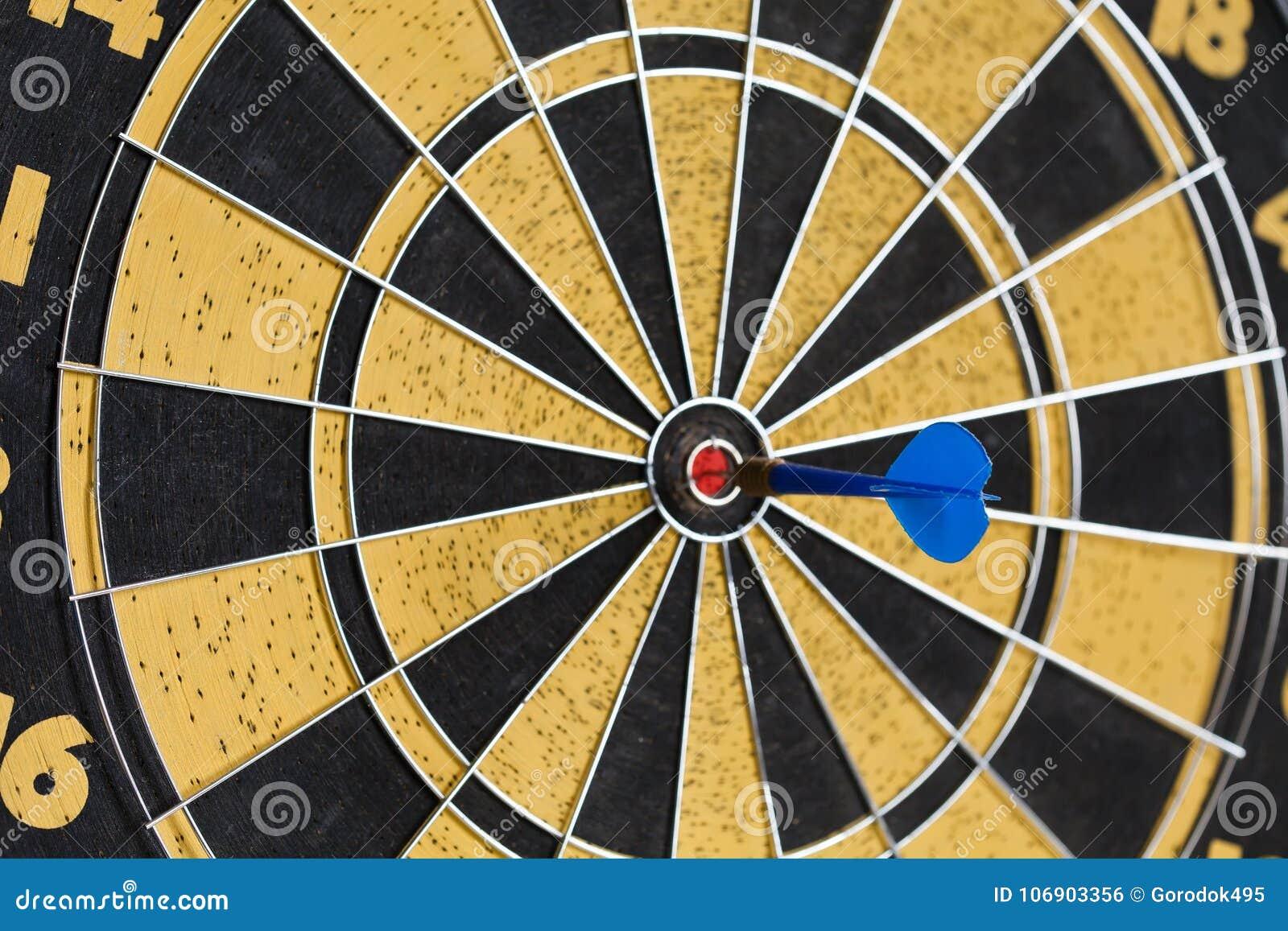 Успешная концепция полета иллюстрация дротика доски предпосылки 3d над представленной белизной Ударять цель цели, жало достижения