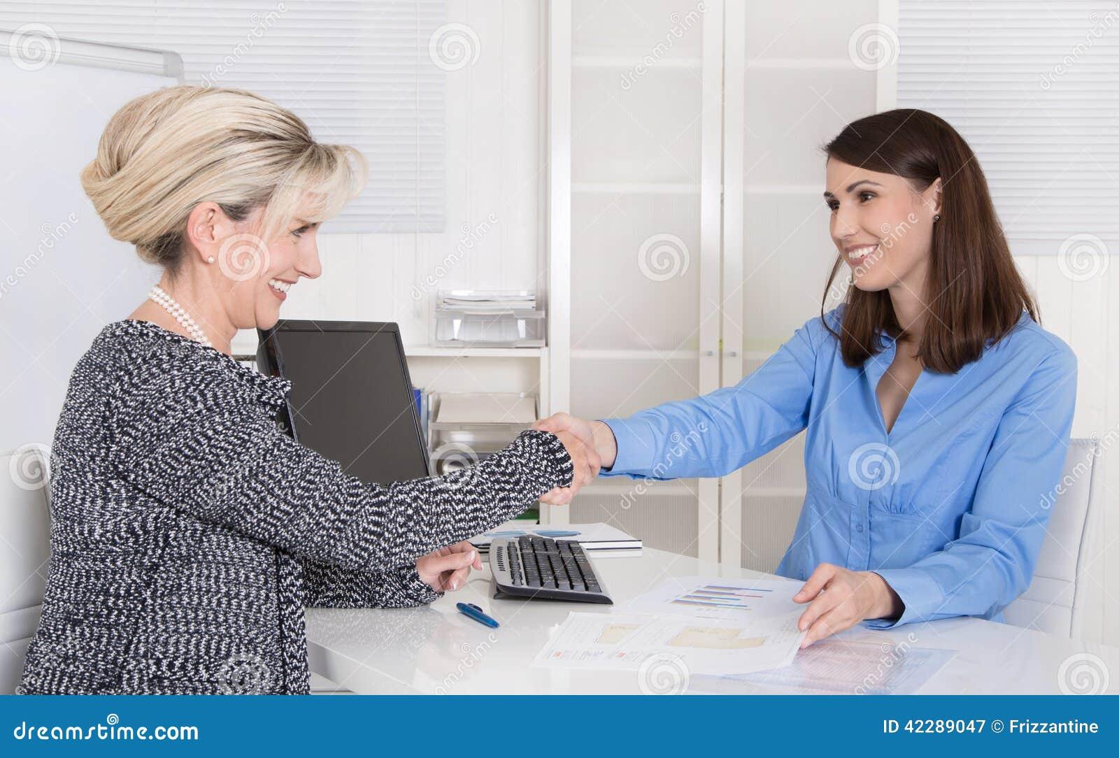 Успешные команда или рукопожатие дела женщины в собеседовании для приема на работу