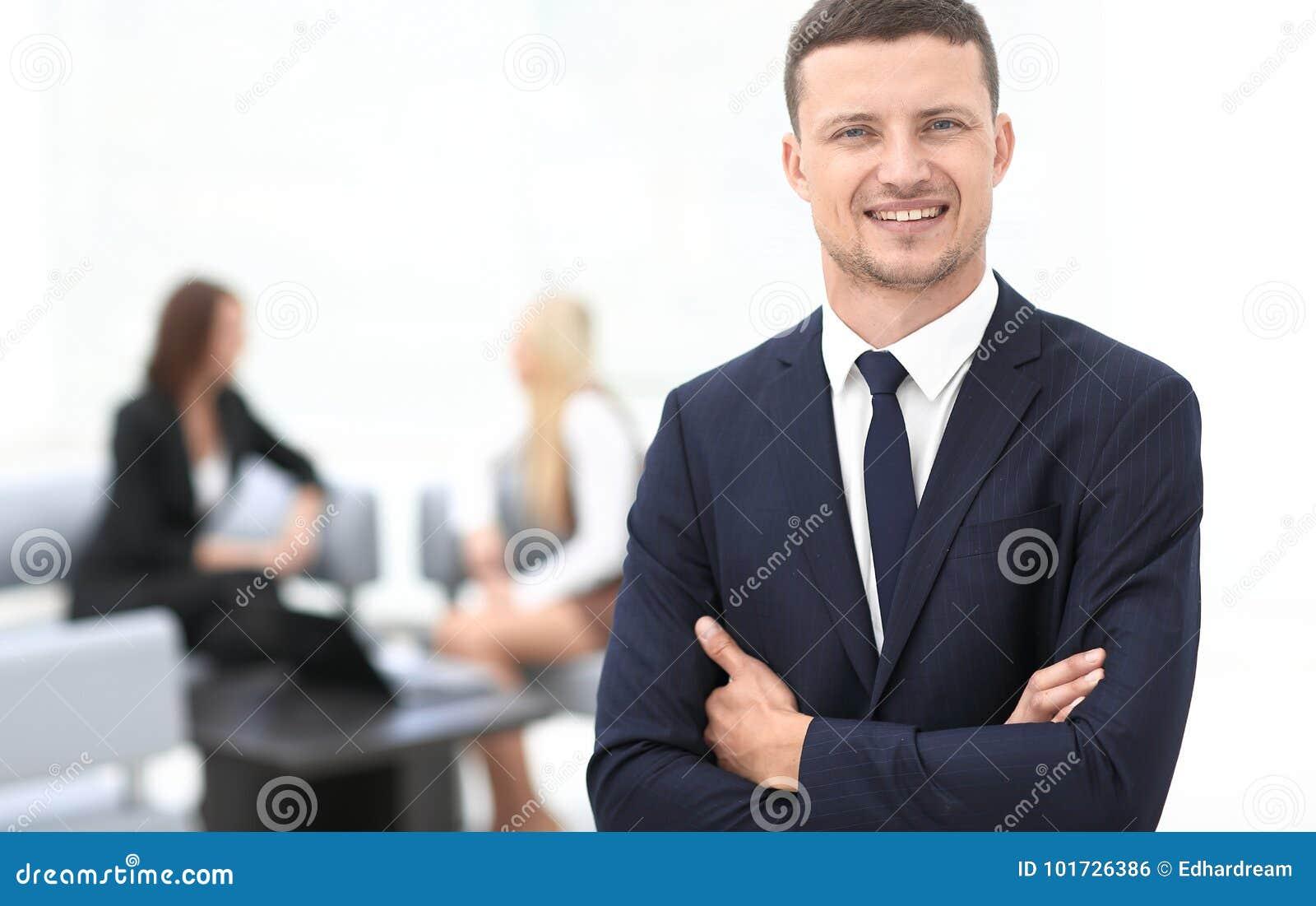 Успешный бизнесмен на запачканном офисе предпосылки