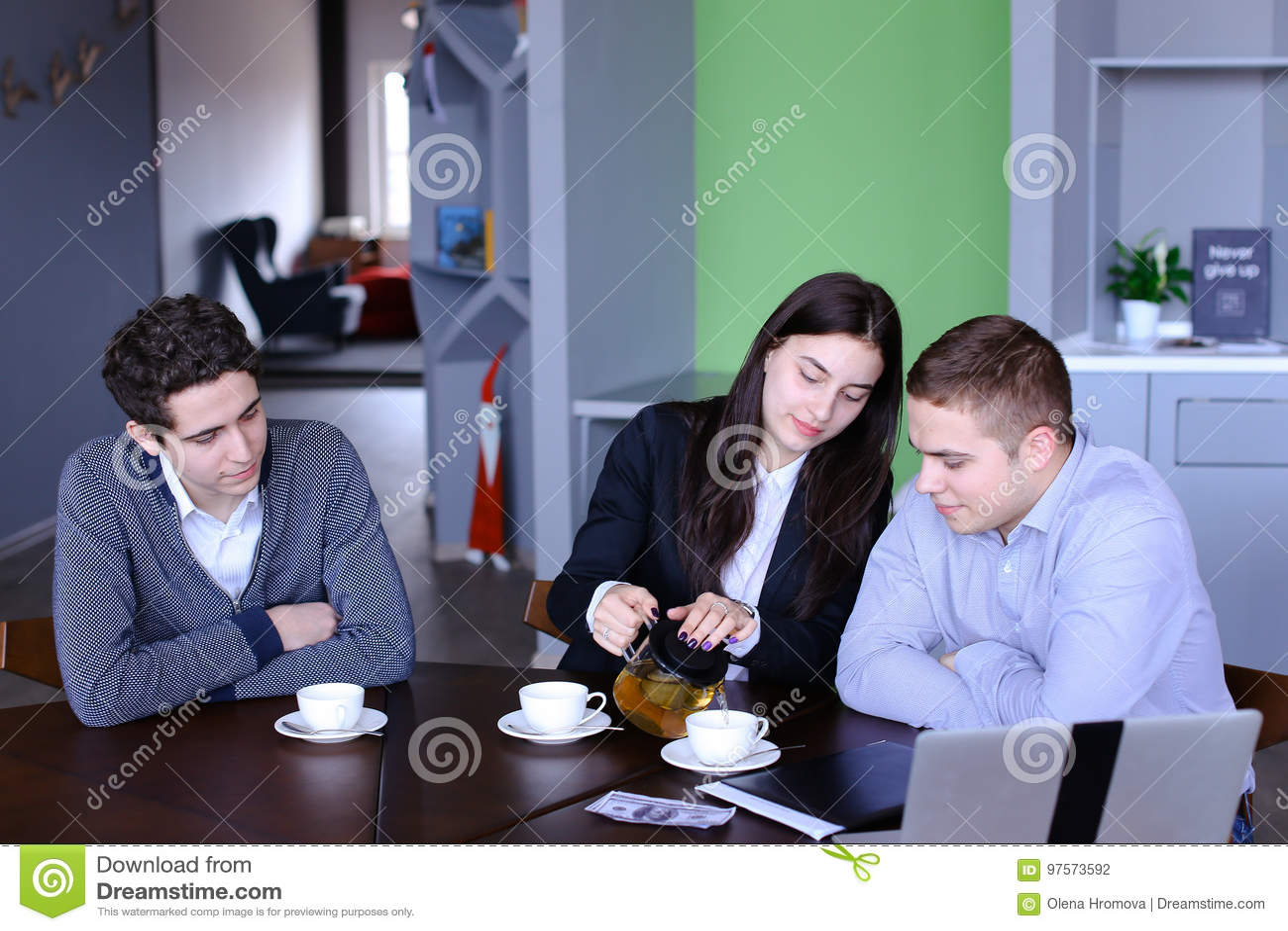 Душе девушка у своего парня на работе фото члена стуле