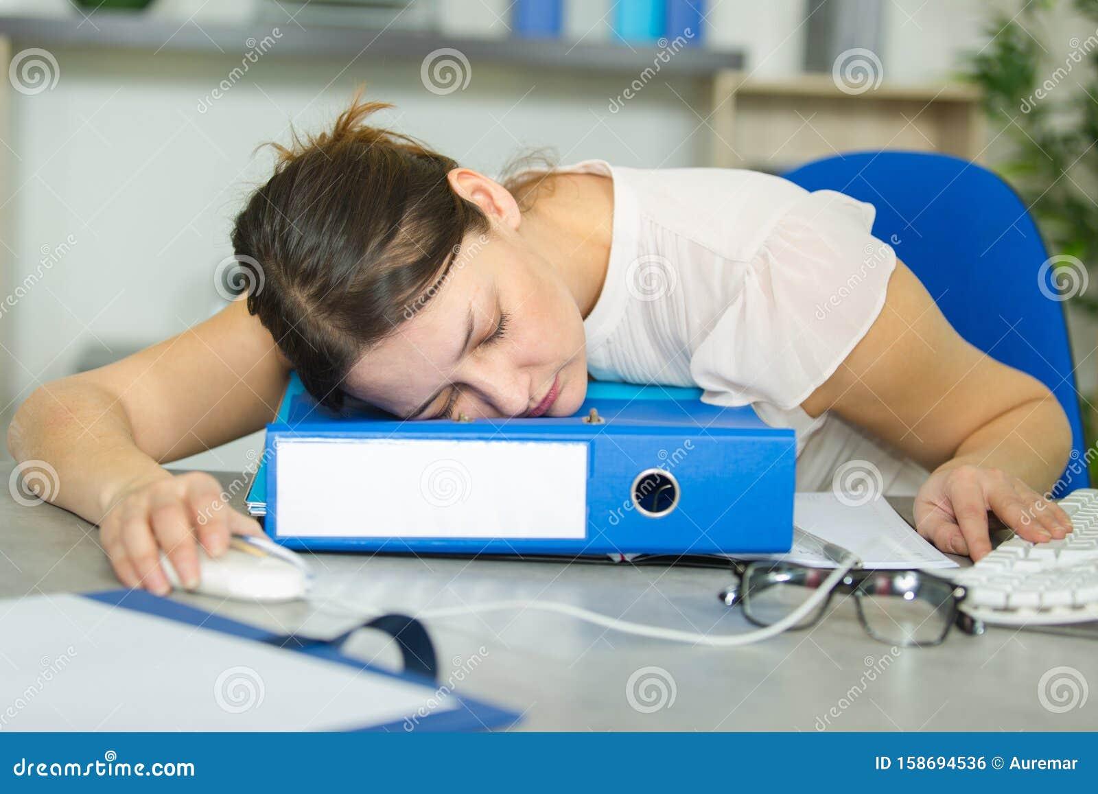 Фото девушка спит на работе саратов работа для студентов девушек