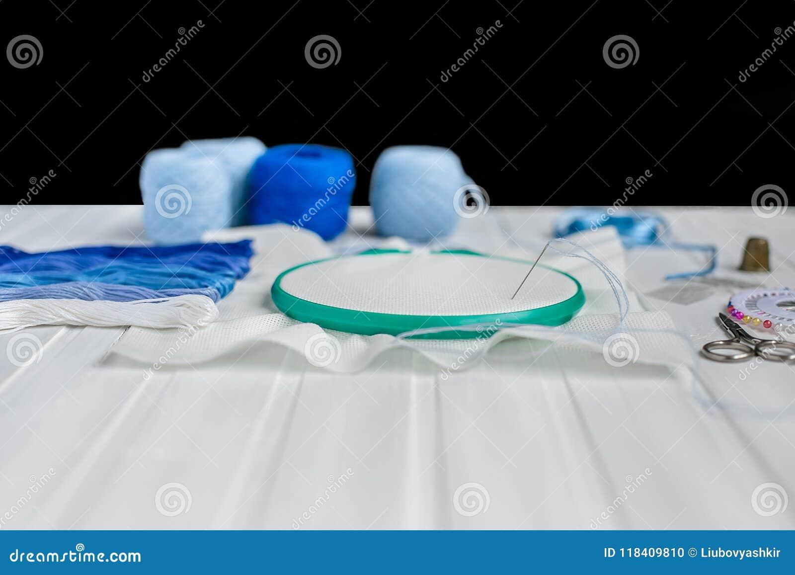 Установите для вышивки, обруча вышивки, linen ткани, потока, ножниц, вышитой кровати иглы