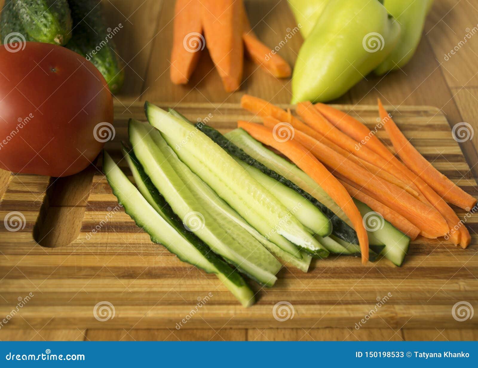 установите овощей огурцы, перцы, томаты и моркови ингредиенты для салата vegetarianism
