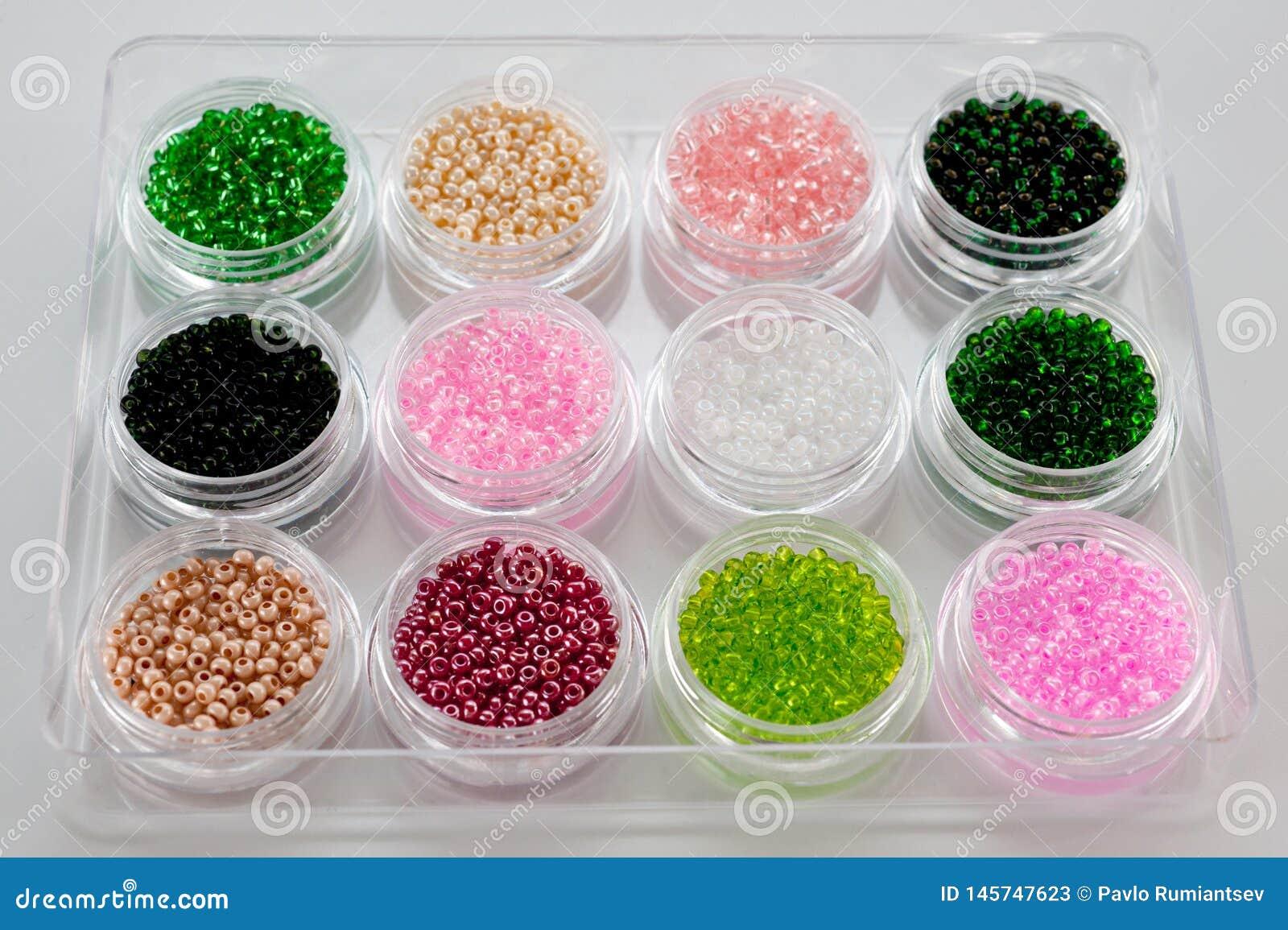 Установите пестротканых шариков для вышивки и needlework в пластиковых опарниках