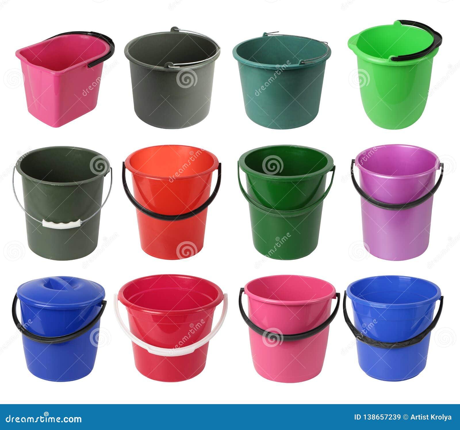 Установите различных покрашенных пластиковых ведер изолированных на