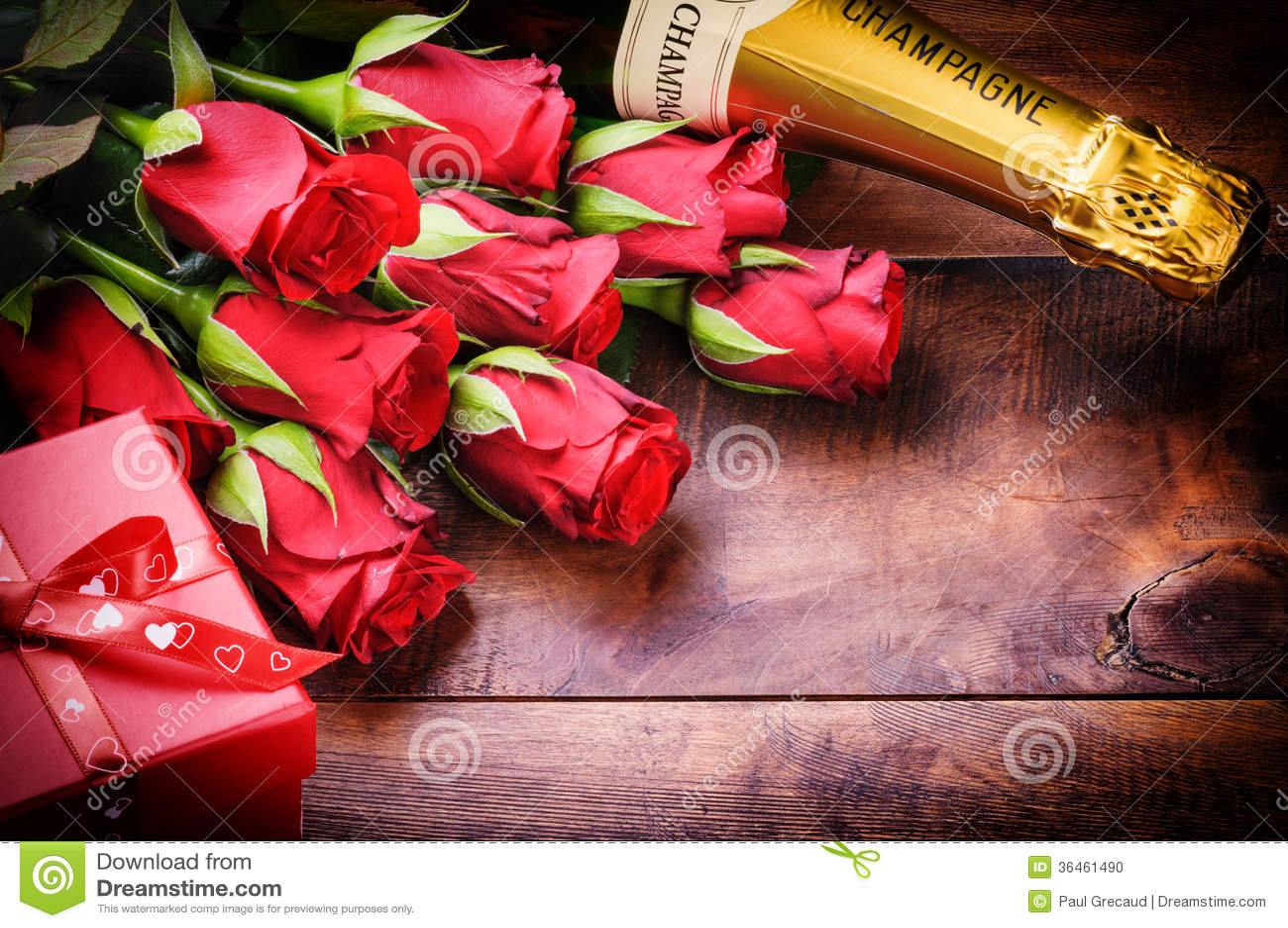 Установка валентинки с красными розами, шампанским и подарком