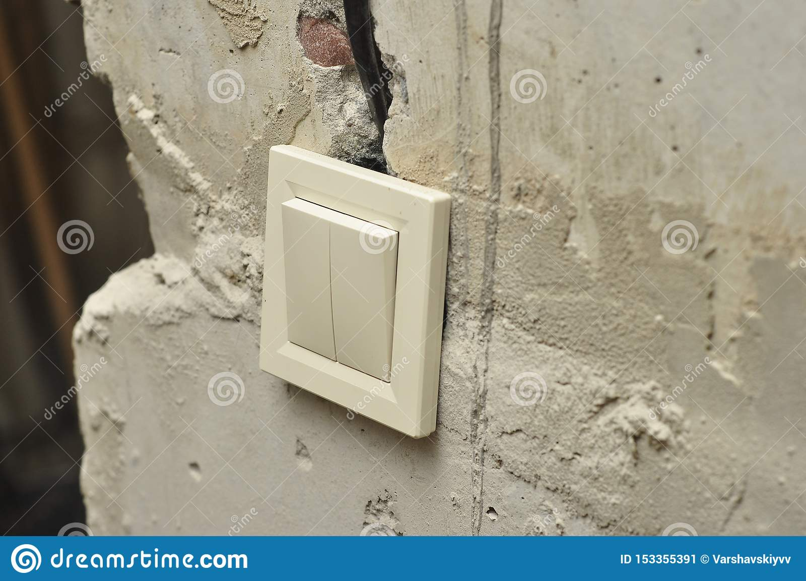 Установка выключателей ремонтируя свежие конкретные пустые стены