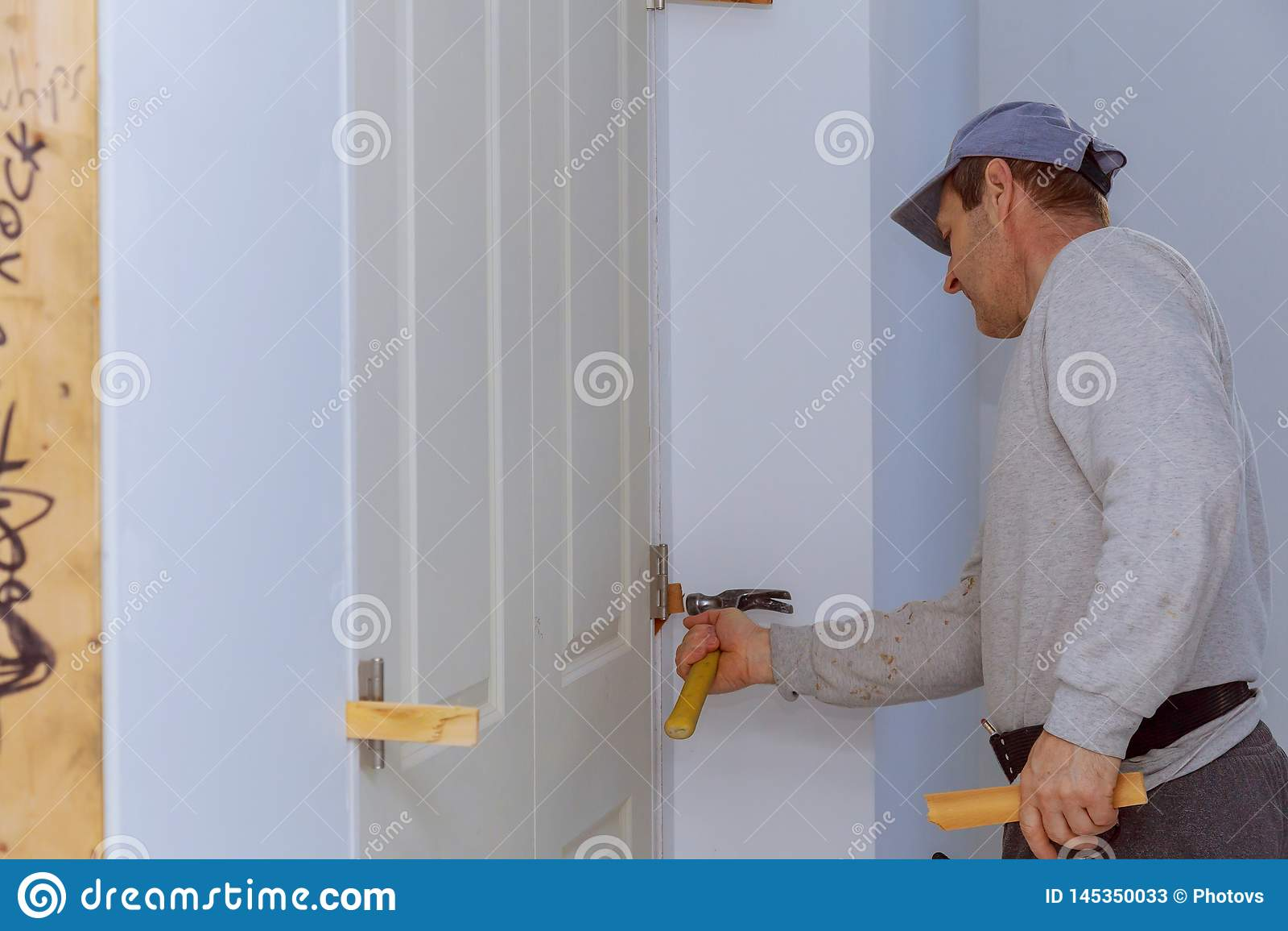 Установка дверей на работнике используя оружие ногтя воздуха нового д
