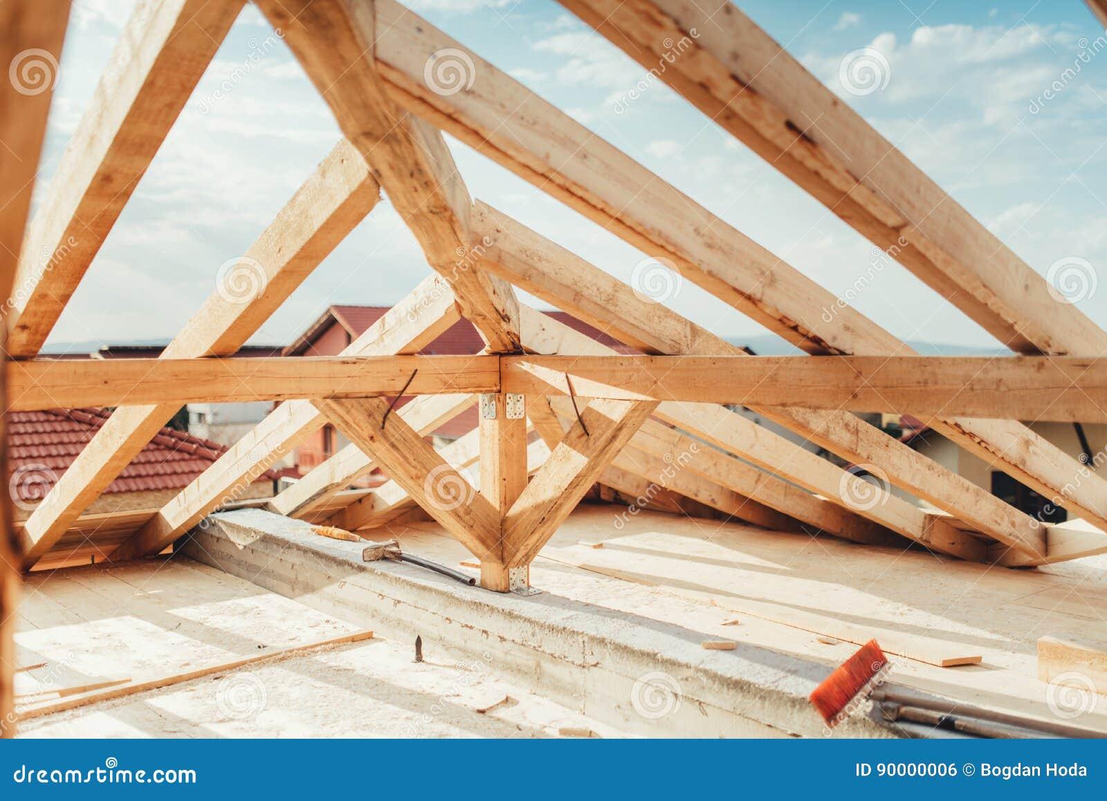 Установка деревянных балок на строительной площадке дома Детали здания с держателями древесины, тимберса и утюга