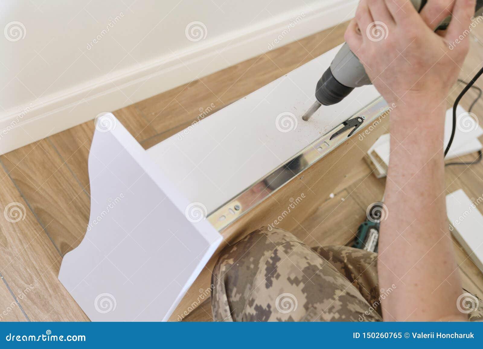 Установка мебели Крупный план работников вручает с профессиональными инструментами и деталями мебели