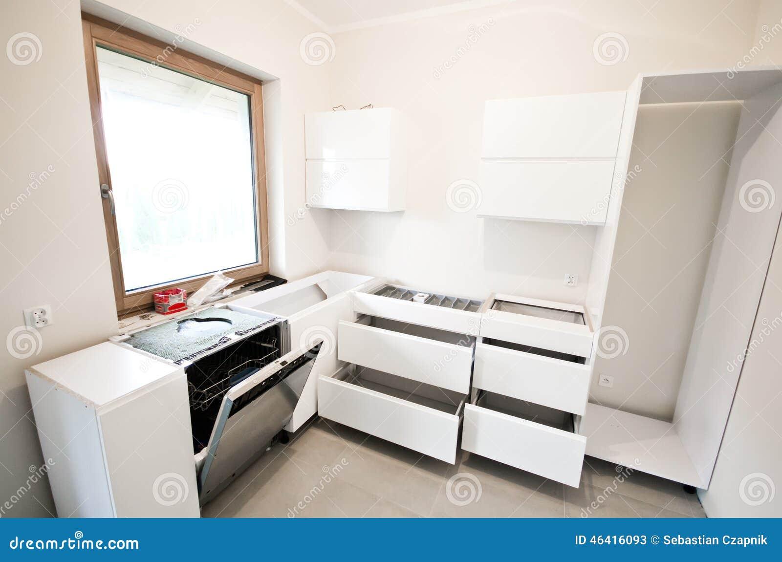 Установка новой белой кухни