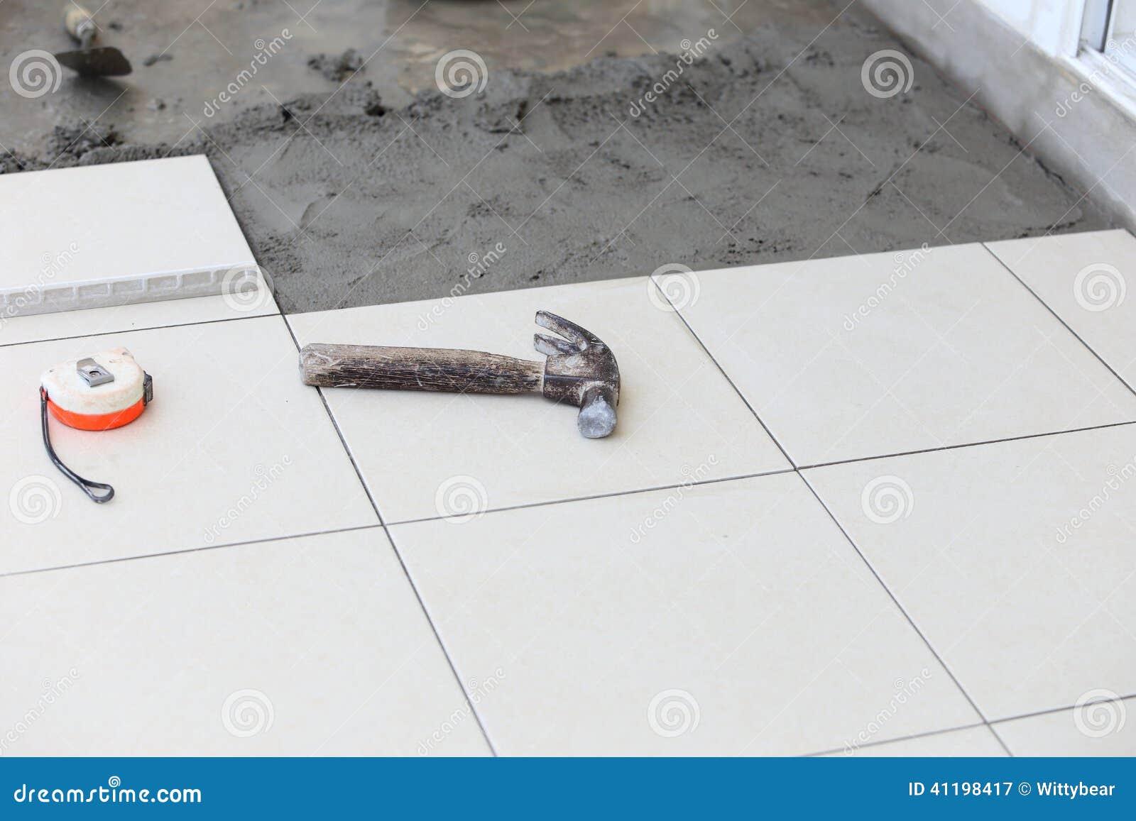 Установка плитки пола для жилищного строительства