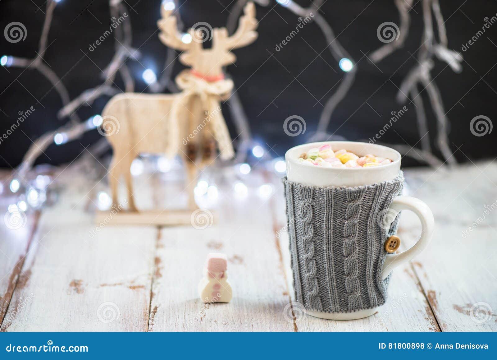 Установка рождества с горячим шоколадом в причудливой кружке свитера
