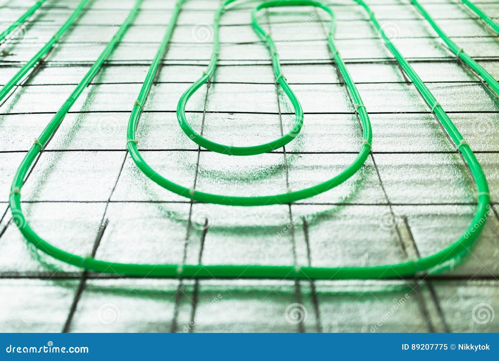 Установка трубы отопления под полом зеленая