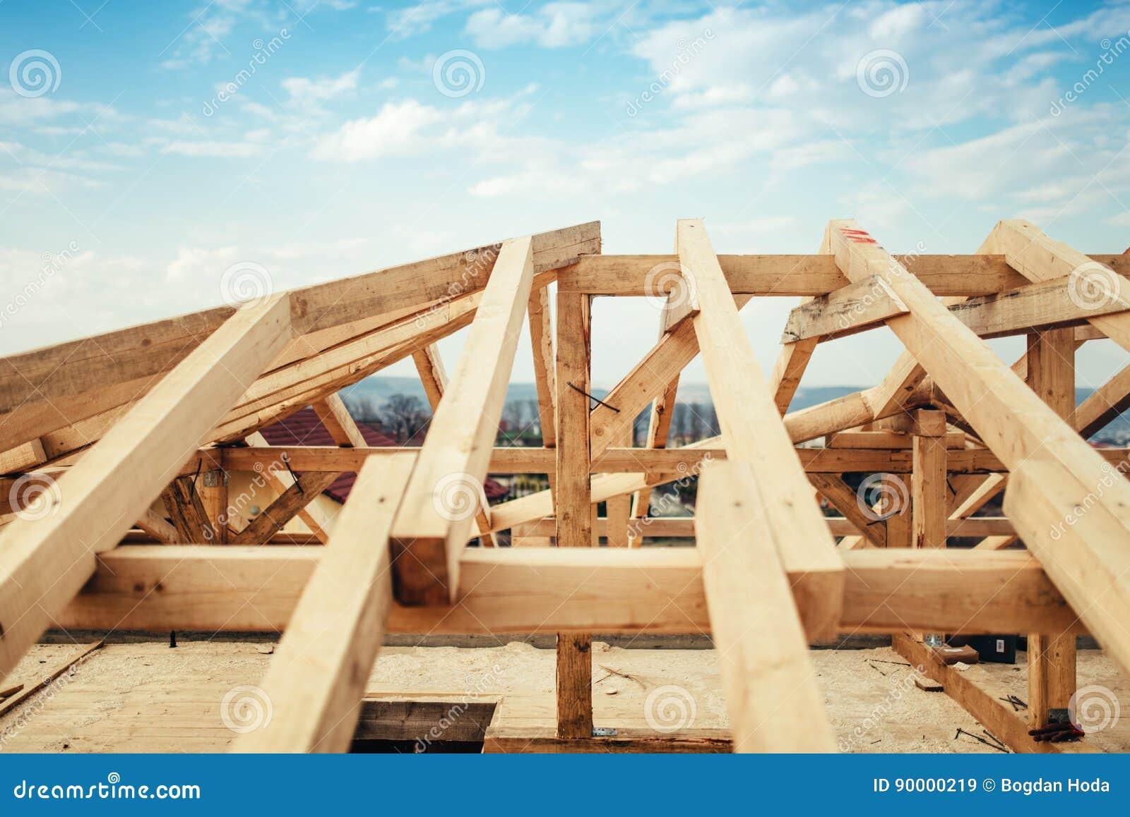Установка лучей и тимберса на строительной площадке Строящ крышу свяжите структуру системы нового жилого дома