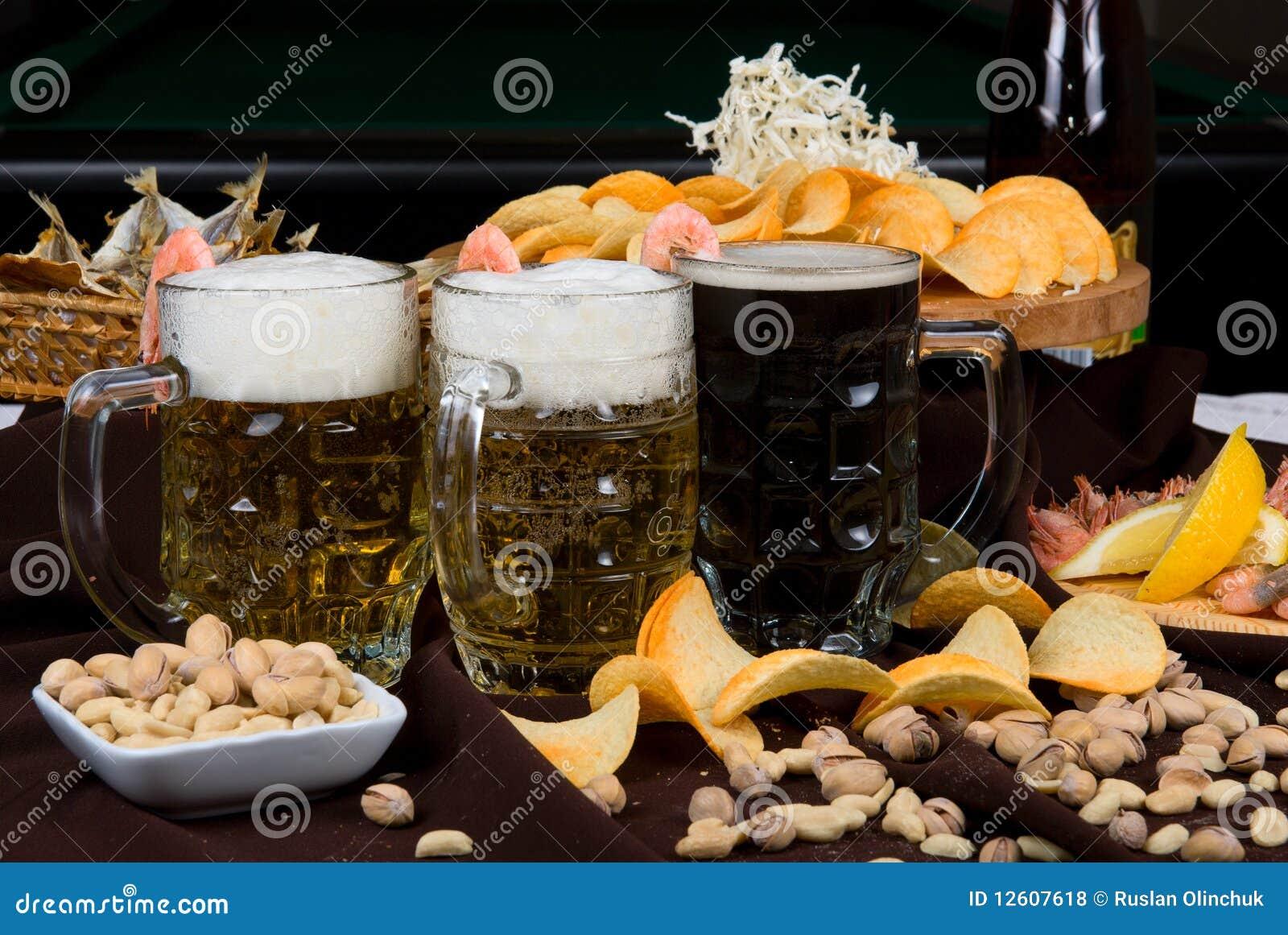 Установленные пиво и заедки