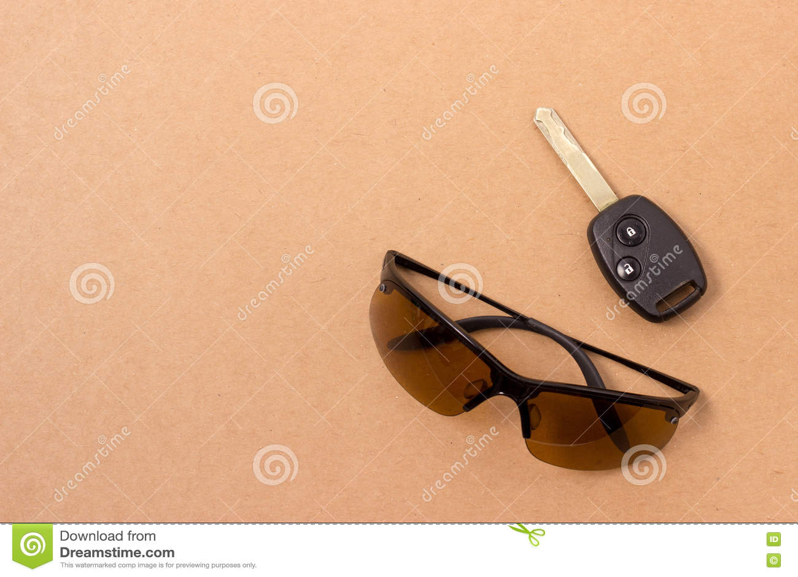 Download Установленные ключ и солнечные очки Стоковое Фото - изображение насчитывающей телефон, ключ: 72281788