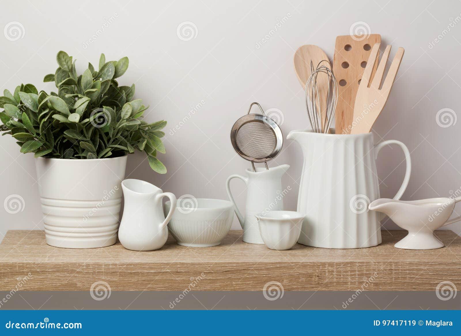 Утвари и посуда кухни на деревянной полке