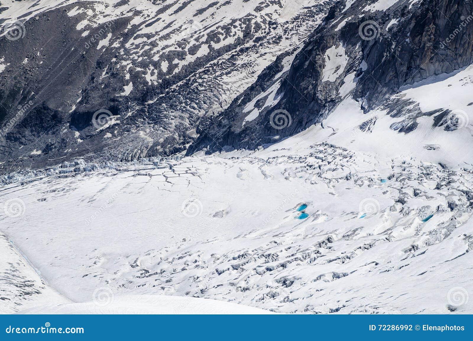 Download Утесы и холмы гор в сезоне лета Стоковое Фото - изображение насчитывающей горы, adventurousness: 72286992