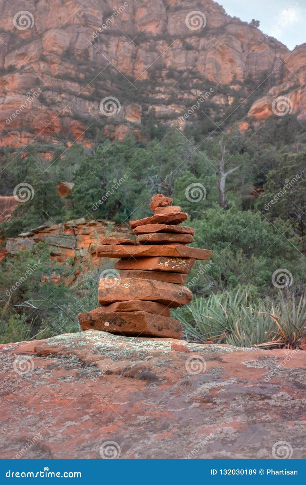 Утесы камней балансируя в гармонии со спокойным ландшафтом