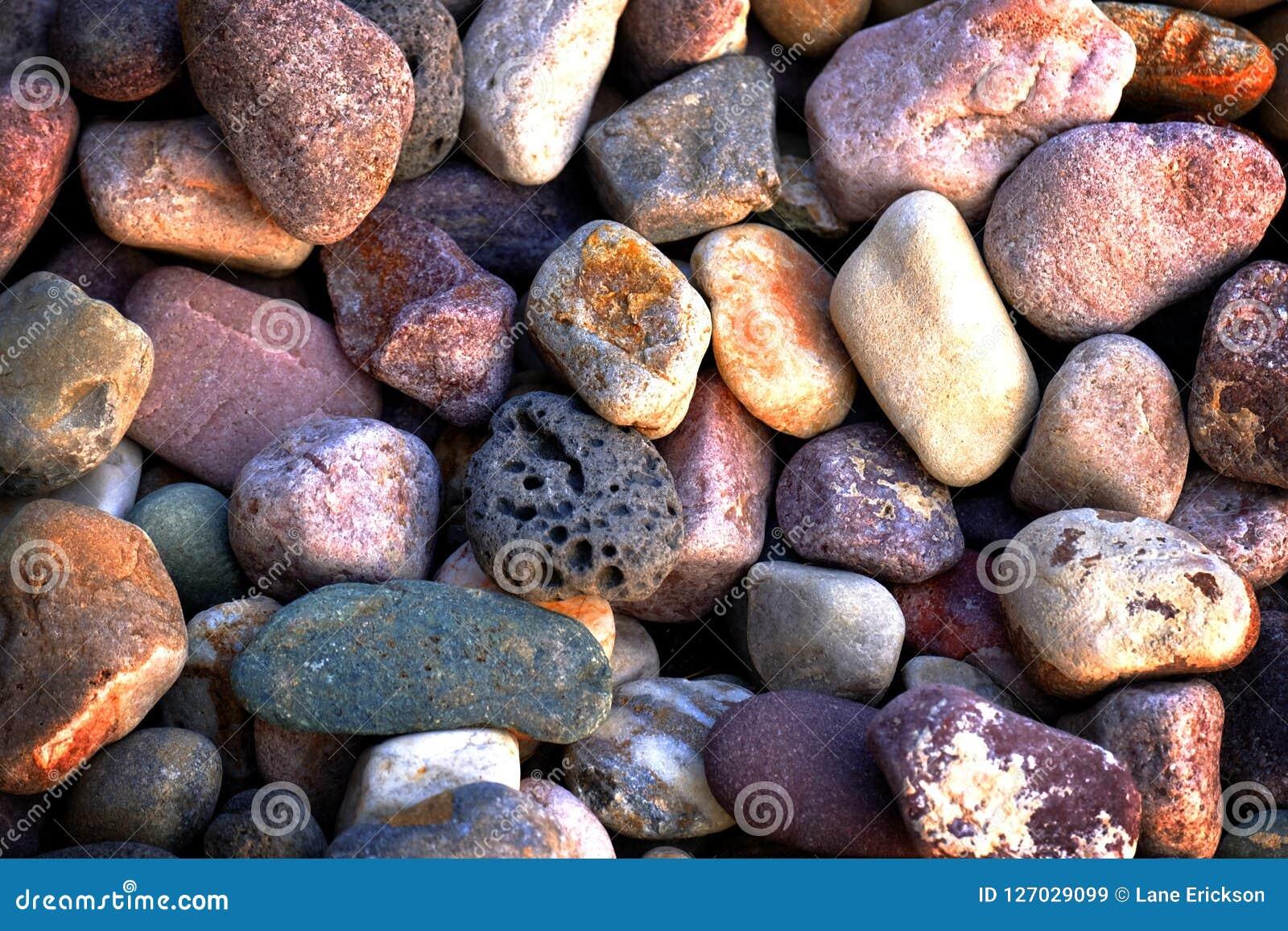 Утесы приглаживают камни реки для украшения и благоустраивать