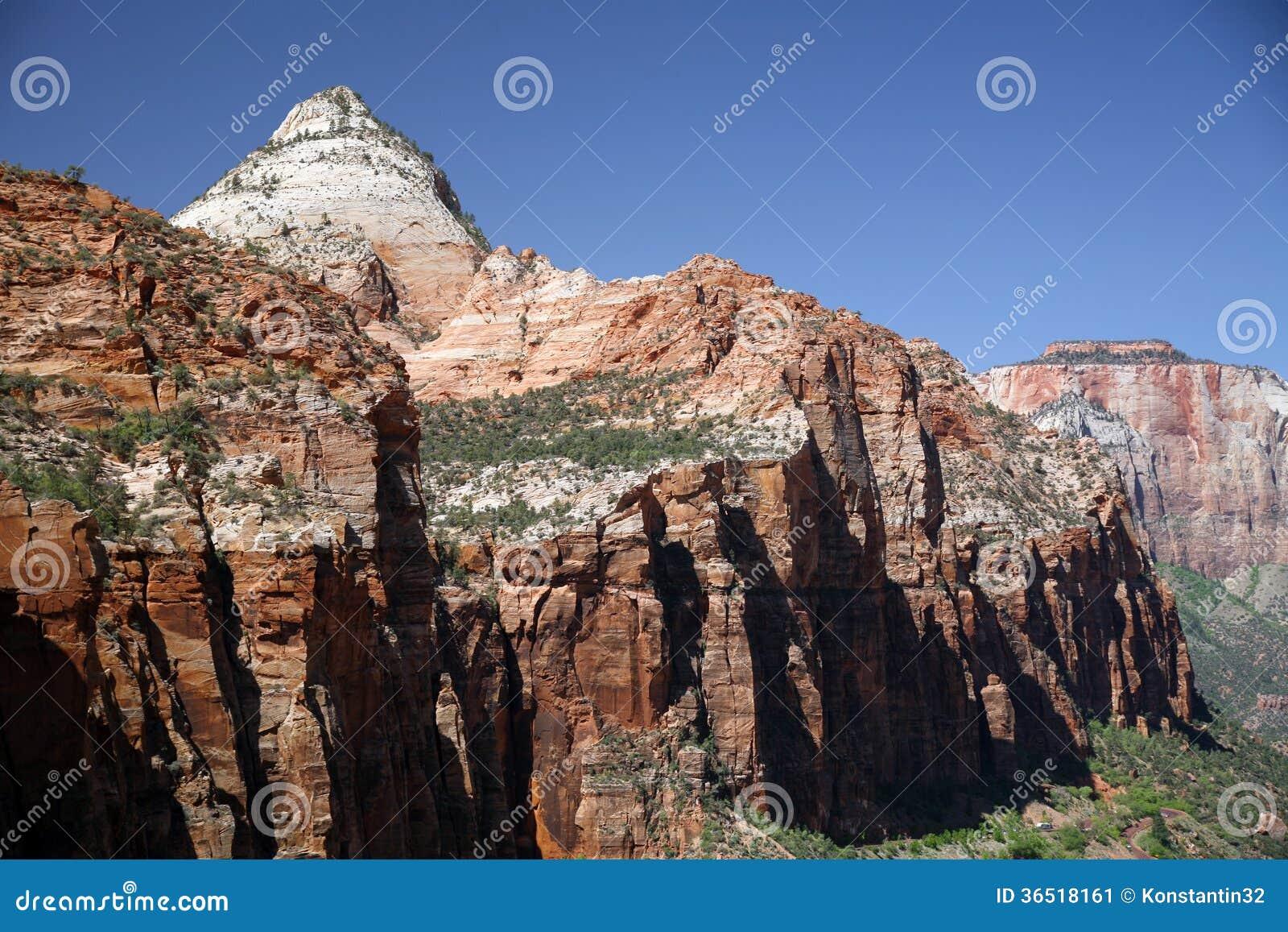Утес и долина в национальном парке Сиона, Юте, США