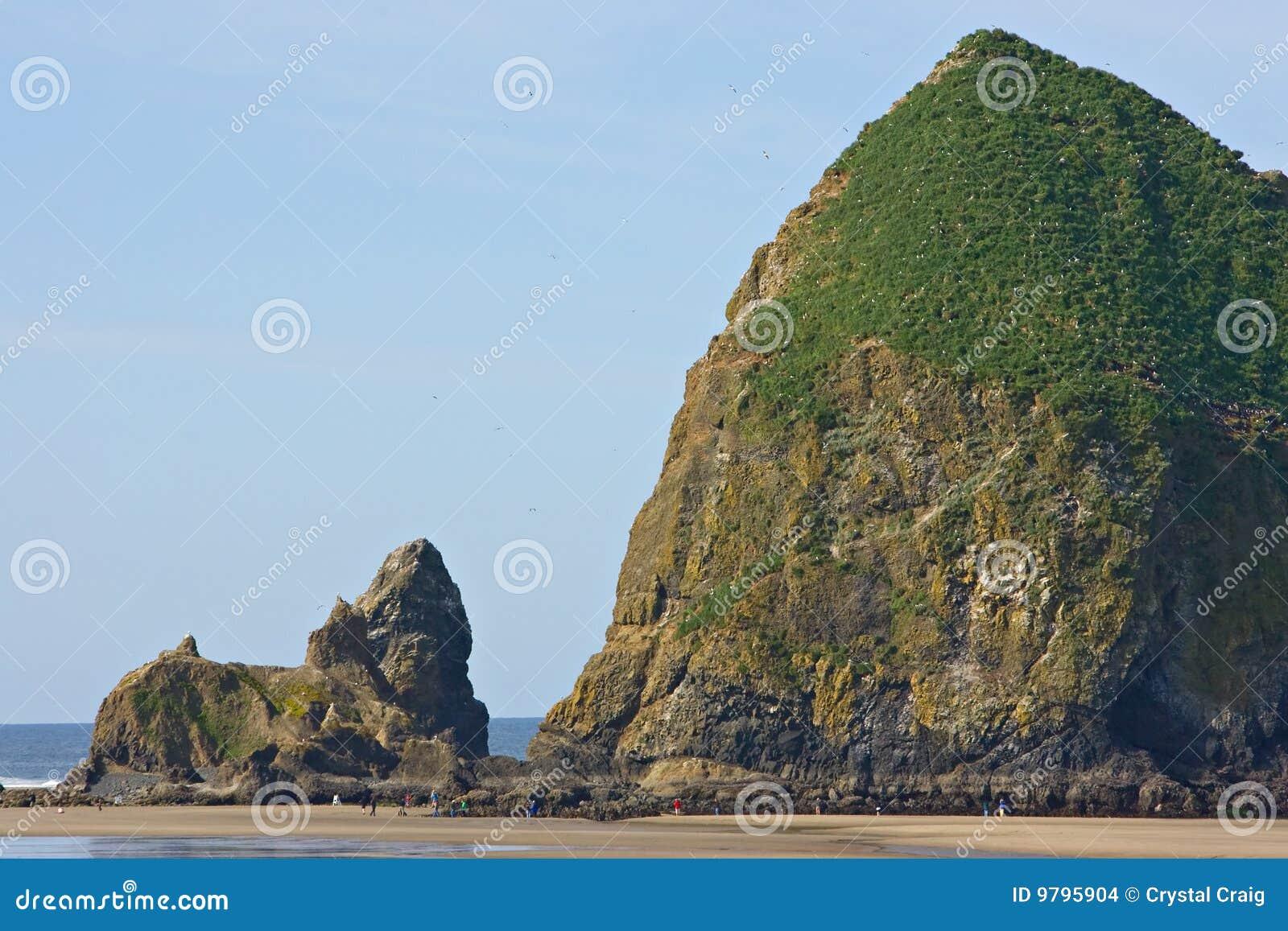 утес Орегона haystack карамболя пляжа