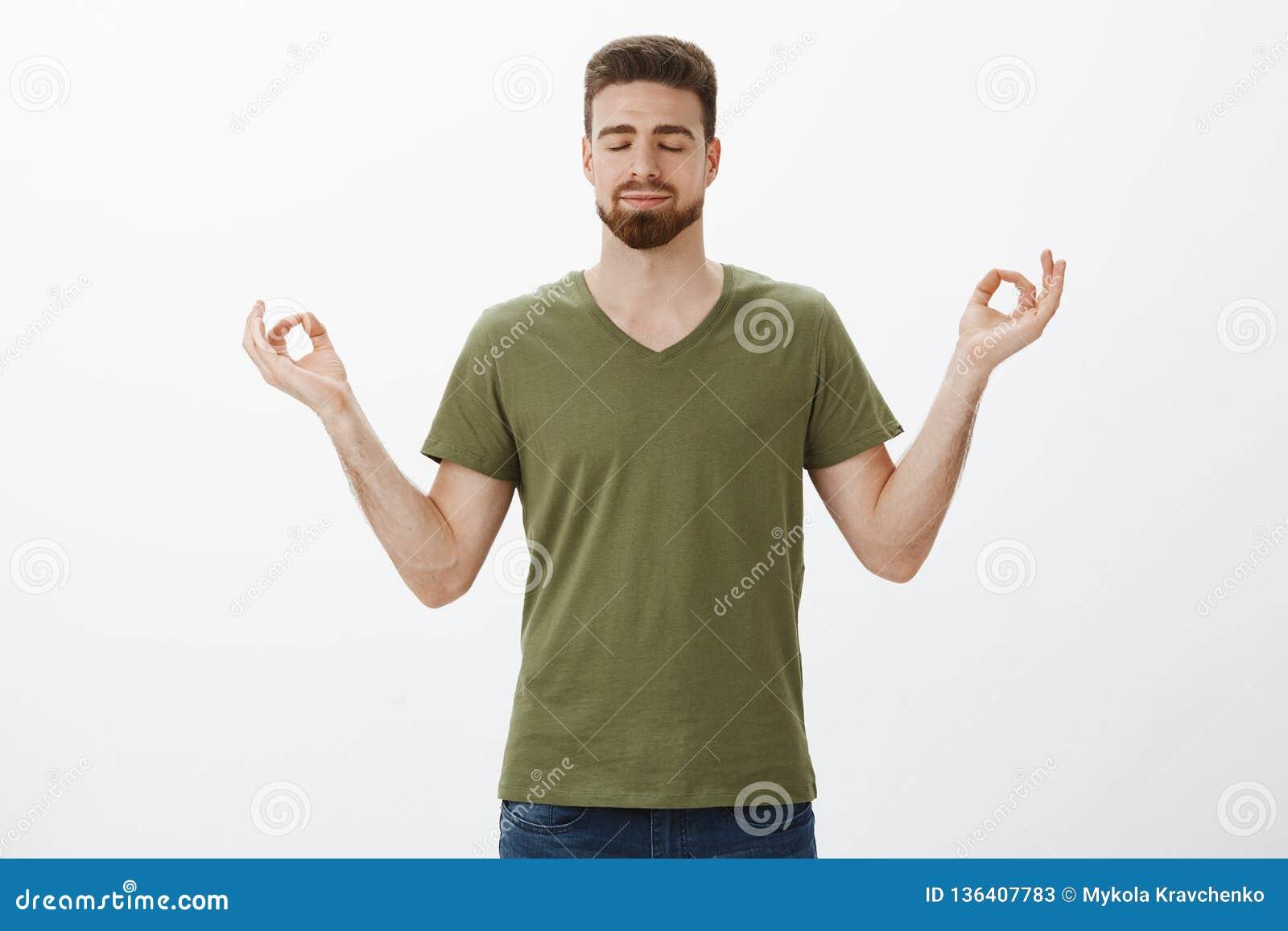 Утихомиривать вниз и выпускать стресс с раздумьем Решительный и расслабленный привлекательный бородатый парень в прованской футбо
