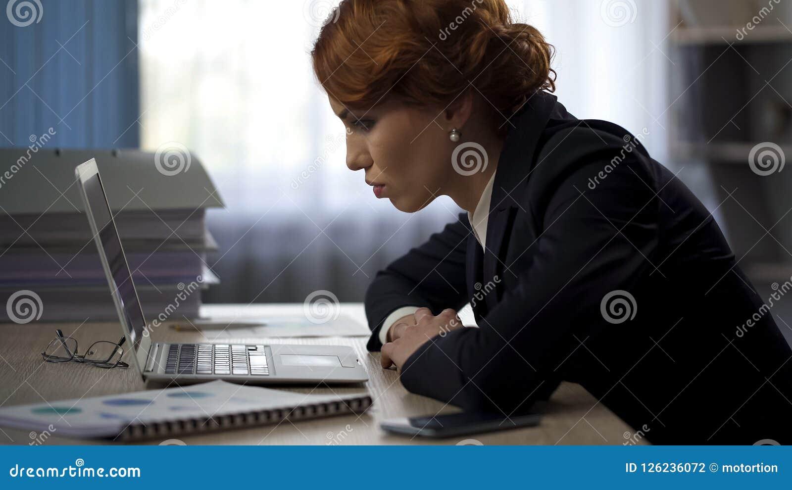 Утомленная бизнес-леди работая крепко всю ночь смотрящ законченный отчет, крайний срок
