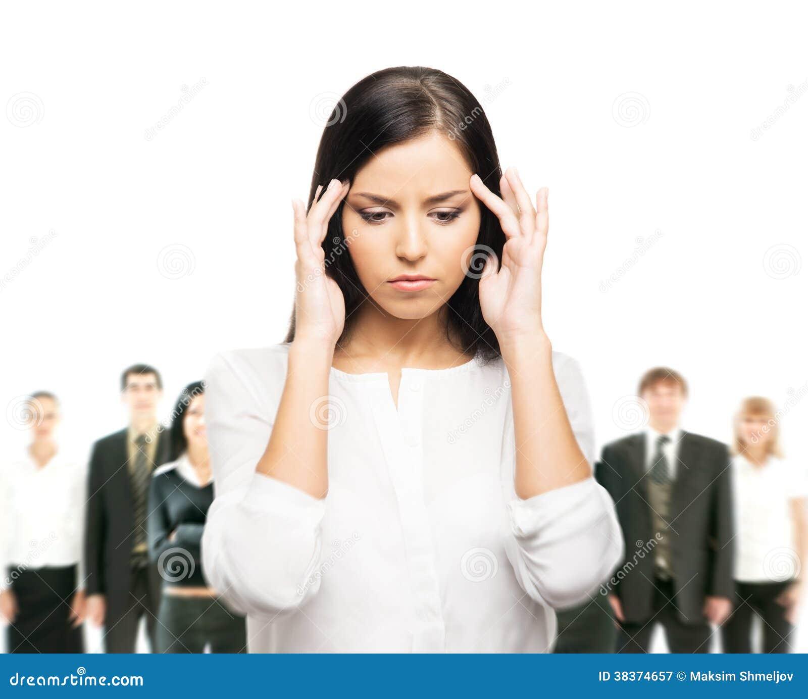 Утомленная женщина представляя с предпринимателями