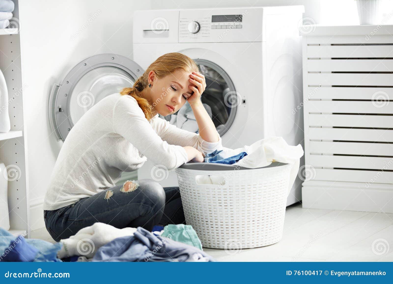 Утомленная несчастная створка домохозяйки женщины одевает в моя макинтош