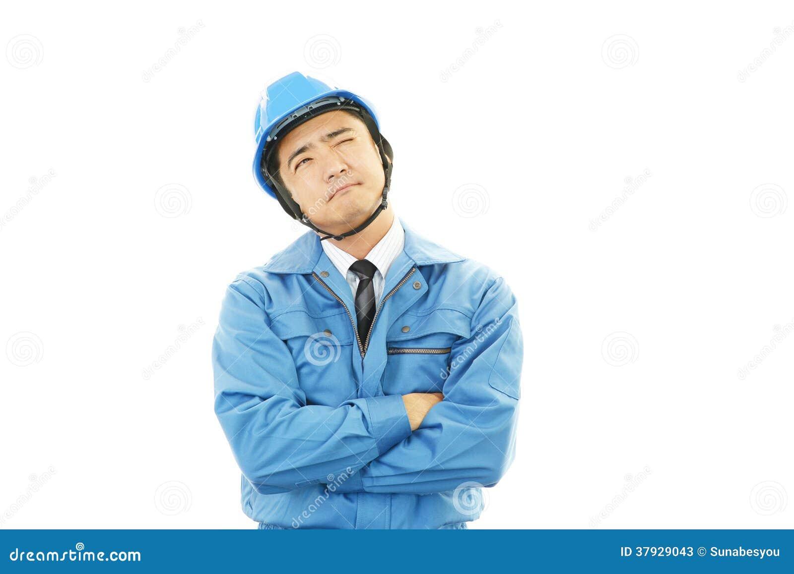 Утомленный и усиленный азиатский работник