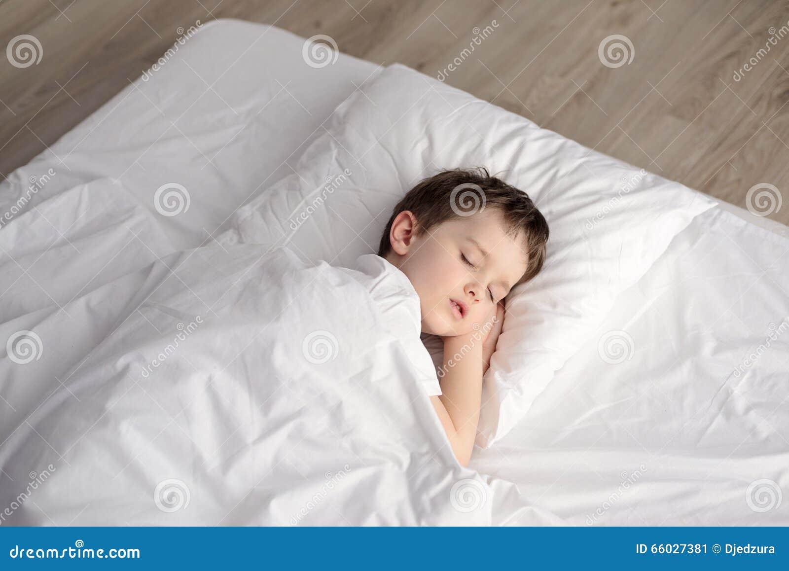 Брат с сестрой спят в спальне