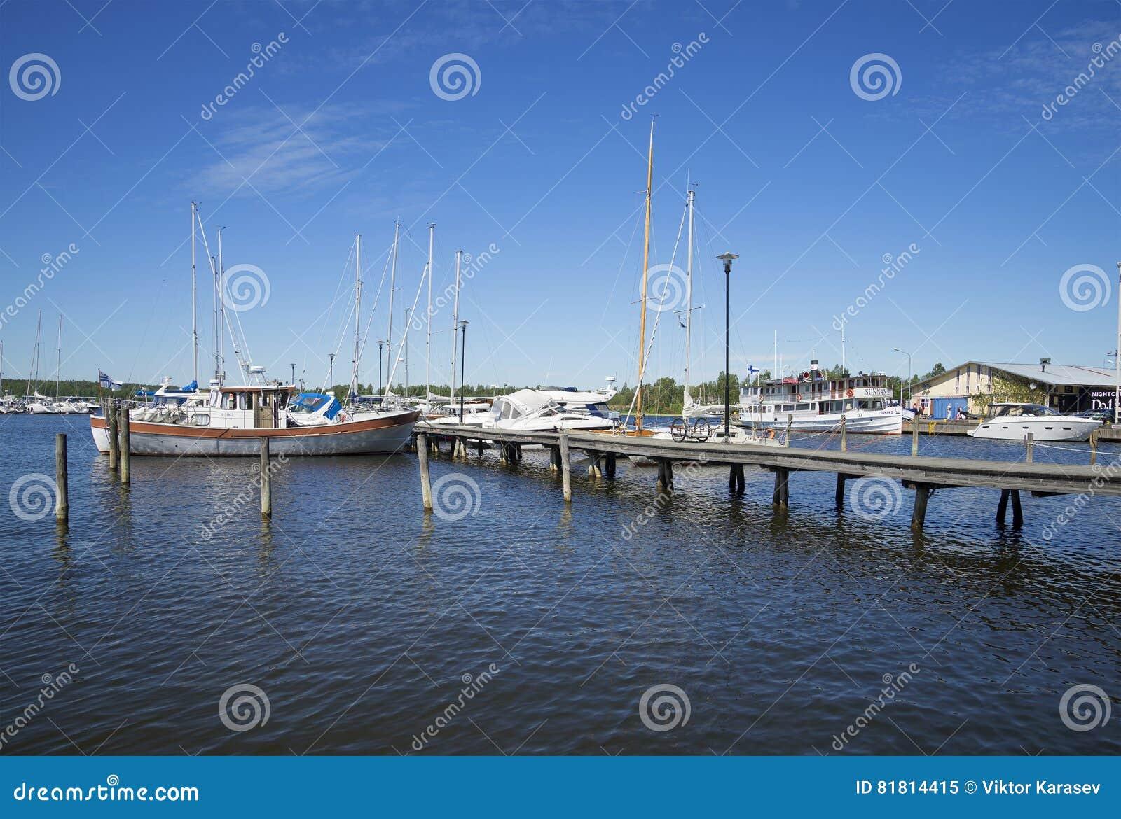 Утро лета в портовом городе в Raseborg