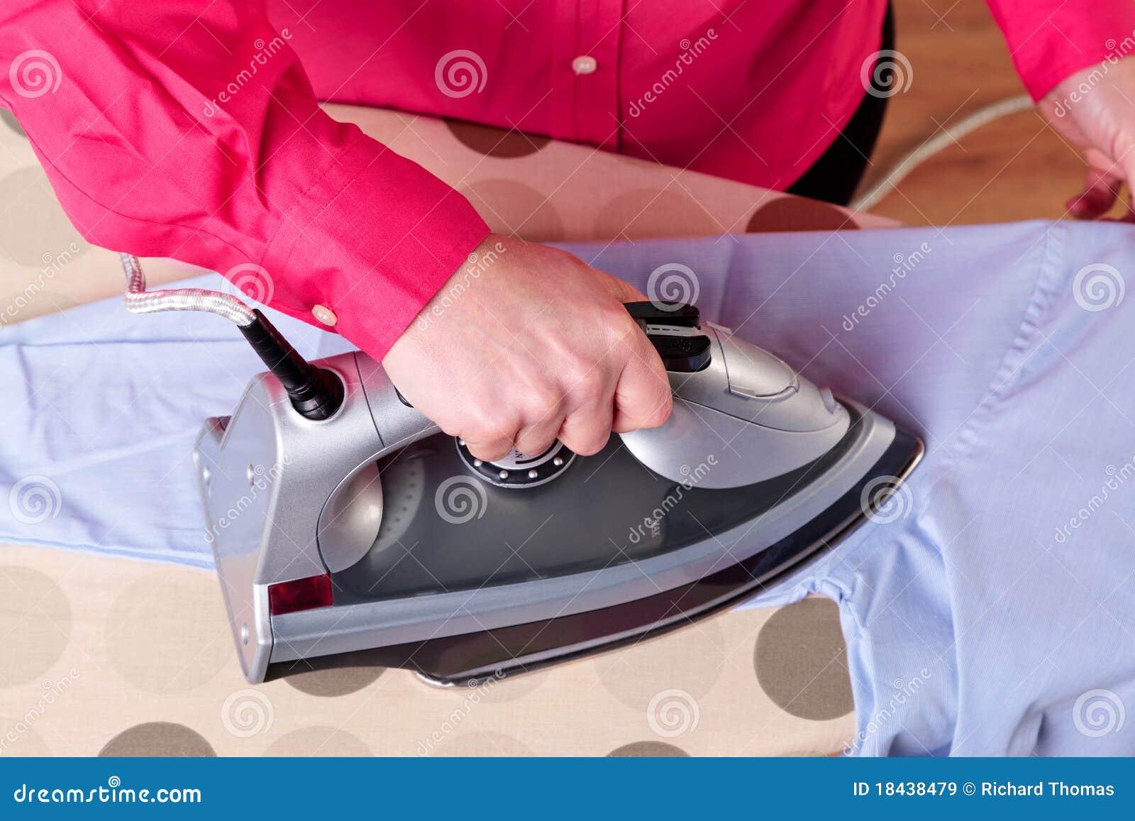 утюживя женщина рубашки