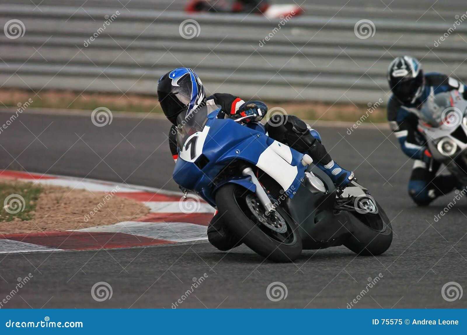 участвовать в гонке мотовелосипеда i
