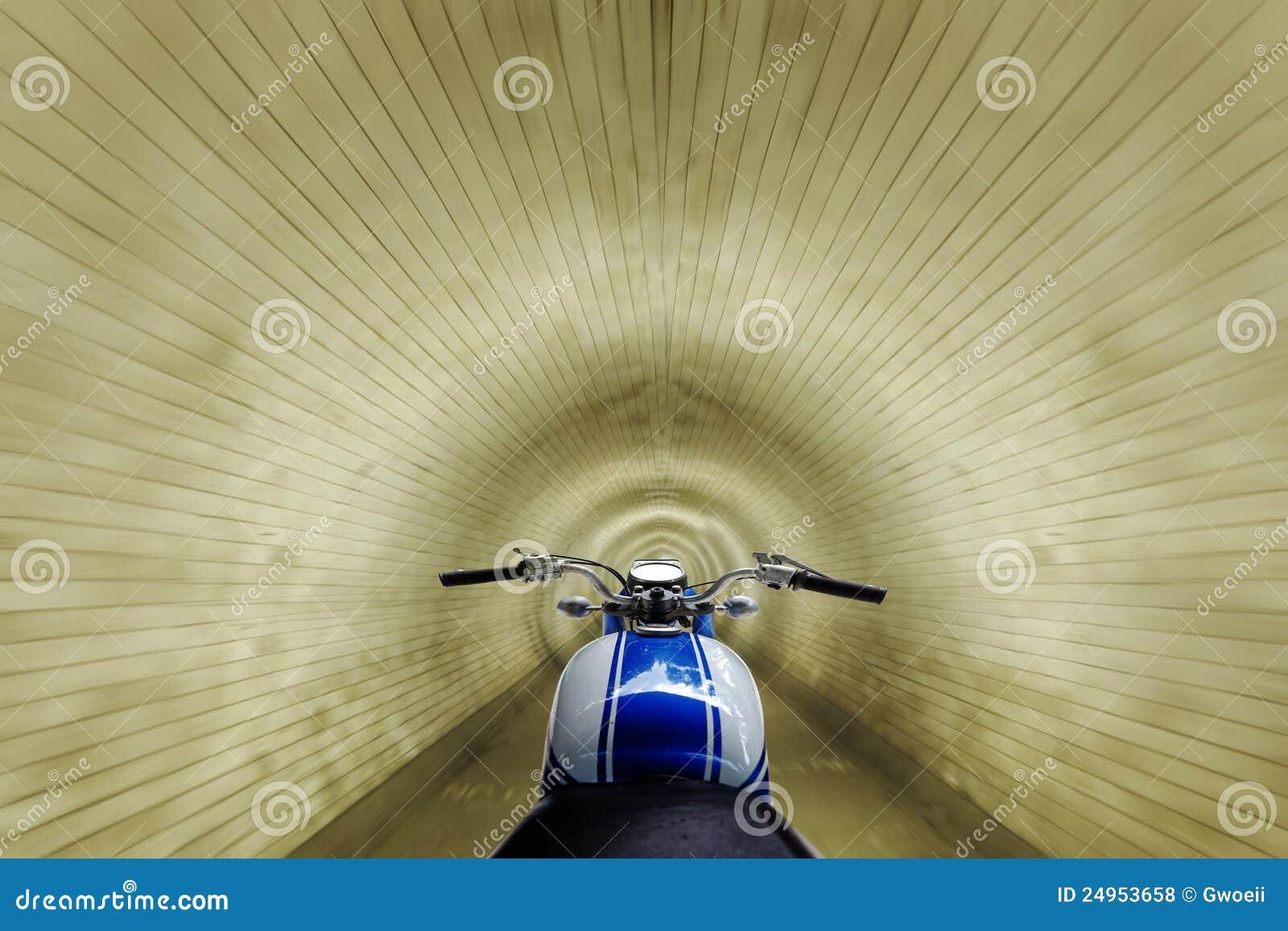 участвовать в гонке тоннель