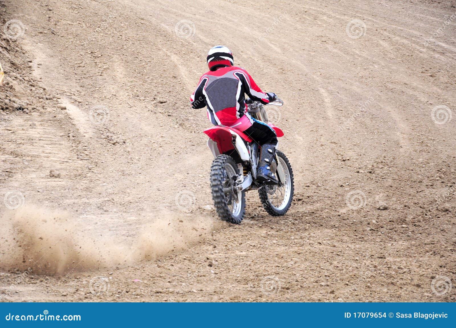 участвовать в гонке moto