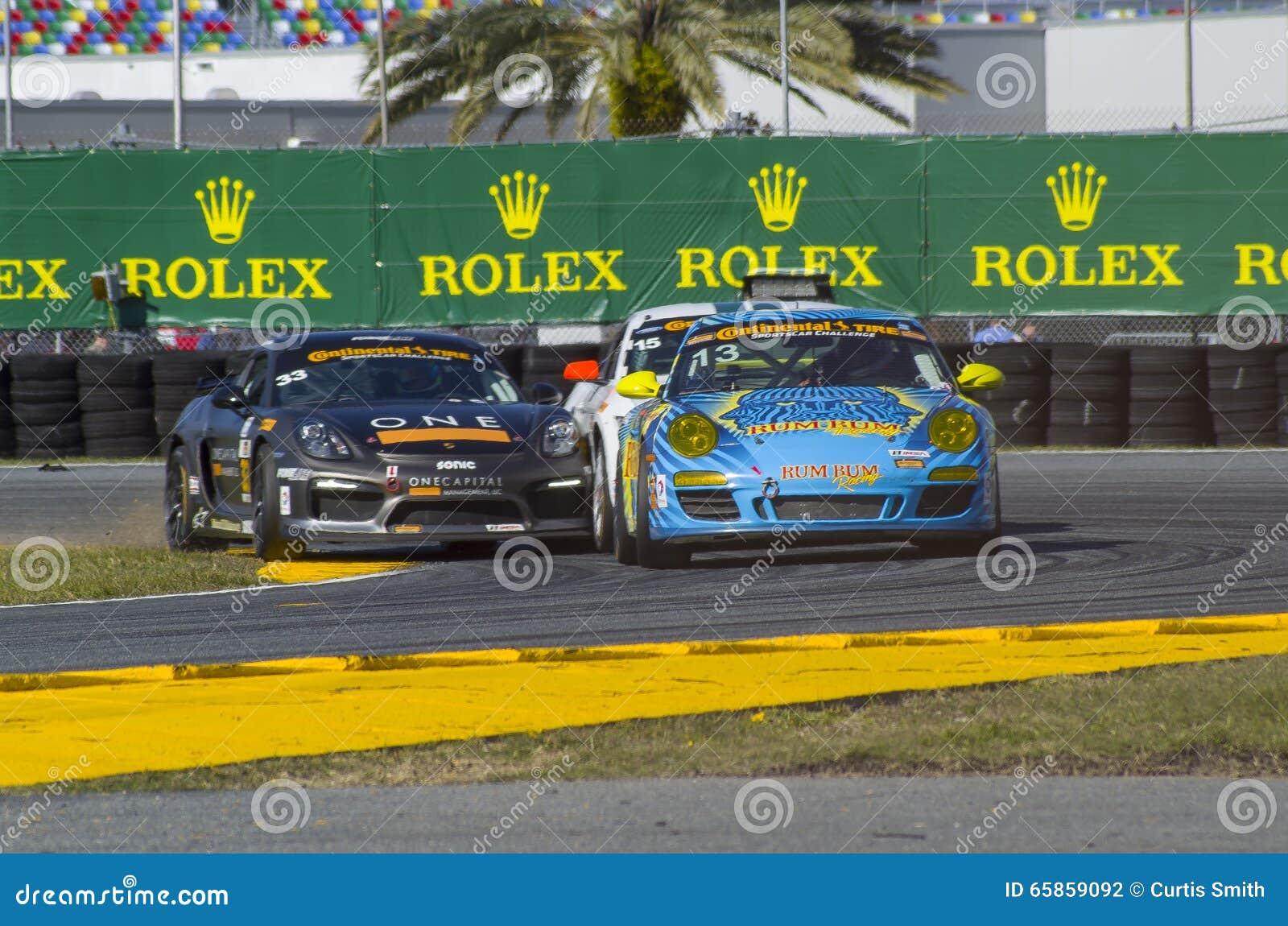 Участвуйте в гонке столкновение действия гоночных машин на скоростной дороге Флориде Daytona