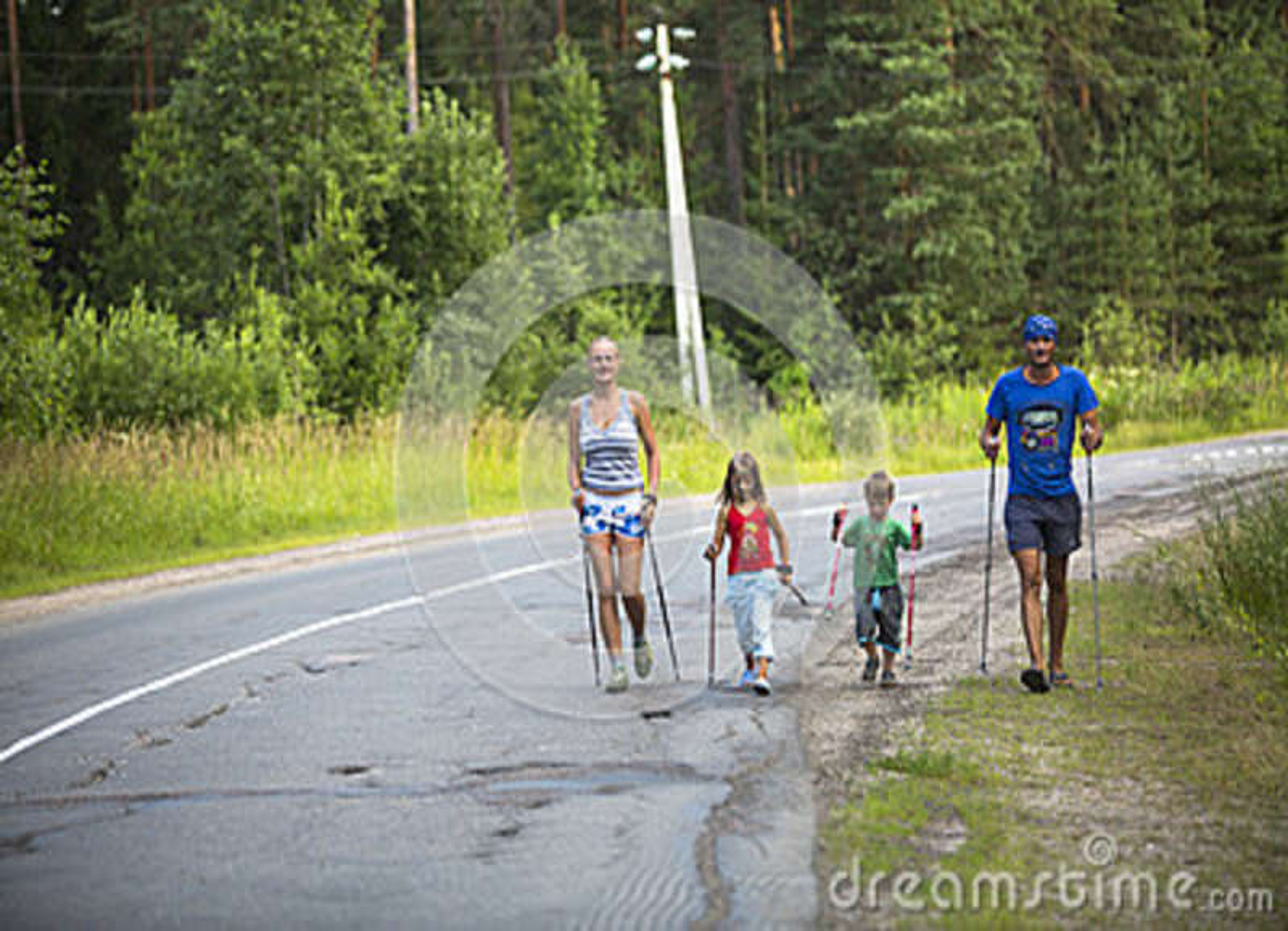 Участники (дети: Nikolay Dubinin /4, Darja Zhochkina /6) во время конкуренций в нордический идти посвященный к дню здоровья