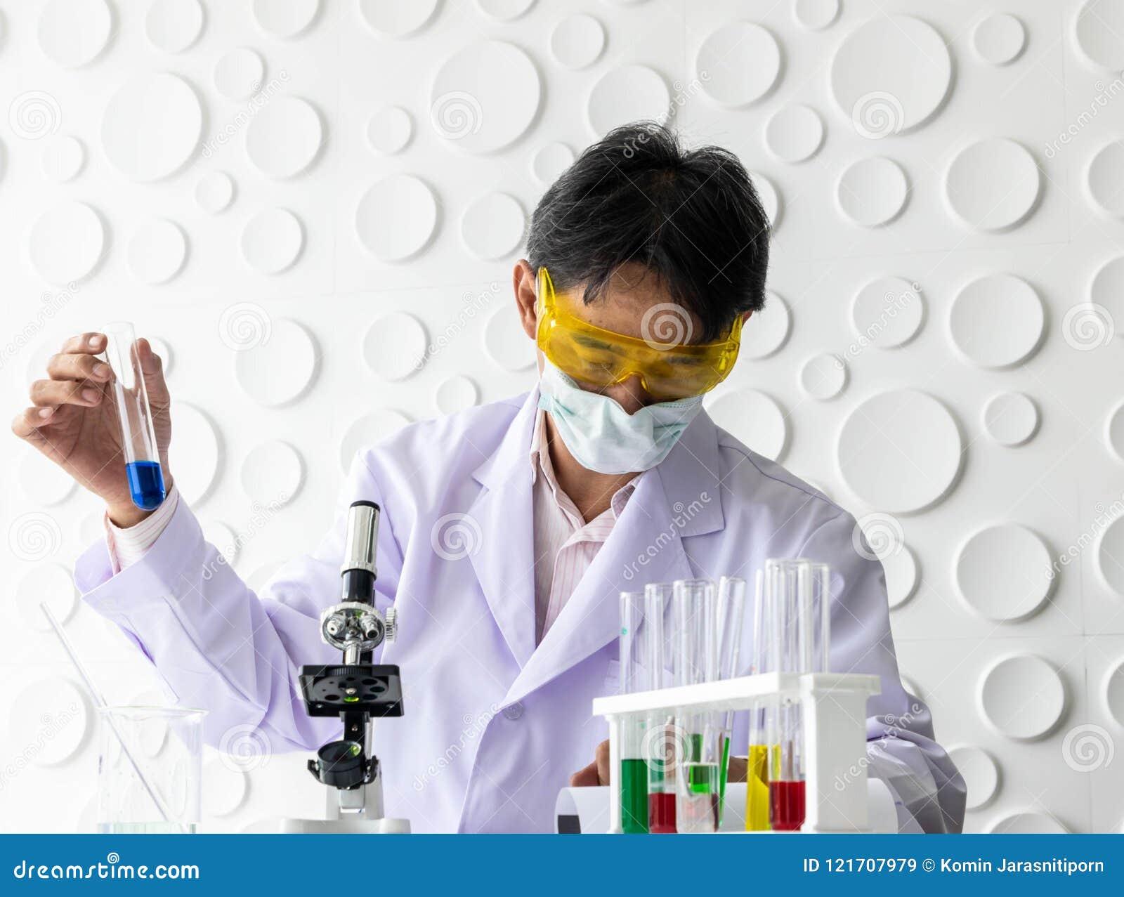 Ученые держа beaker