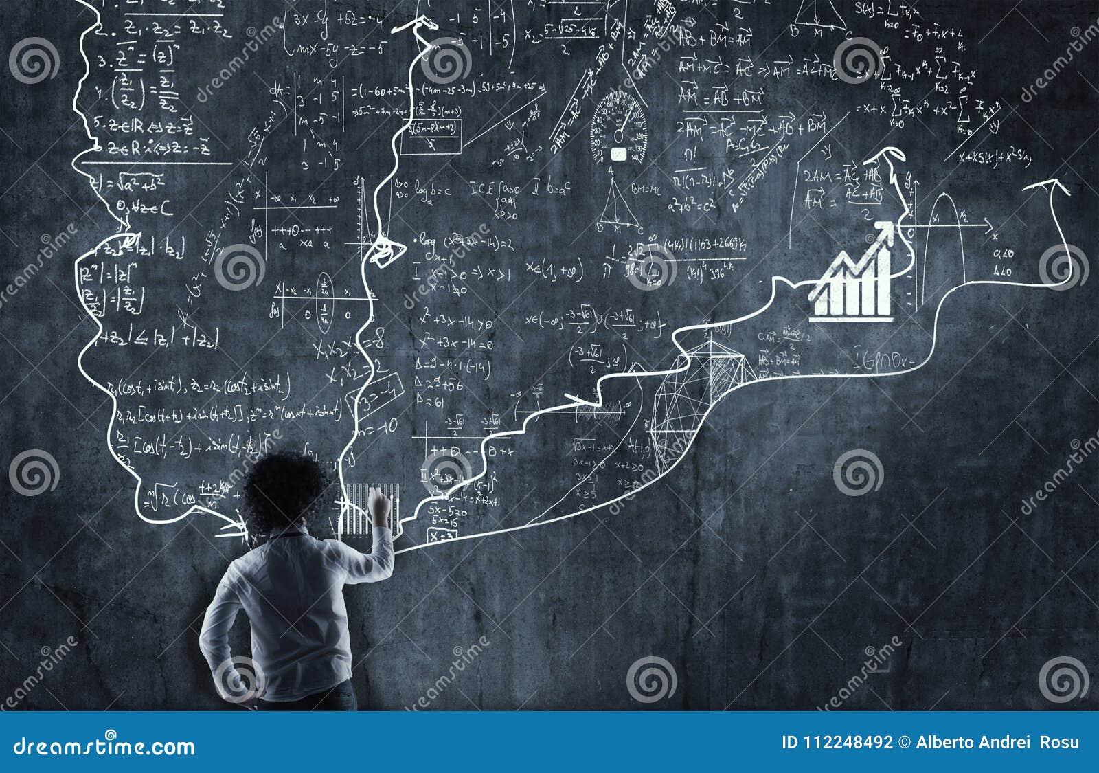 Учитель объясняет формулы математики