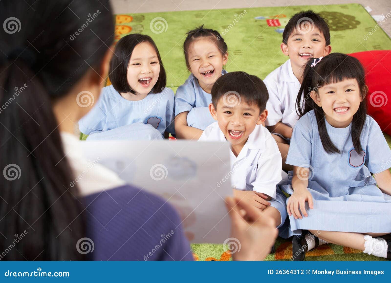 Учитель показывая картину к китайским студентам