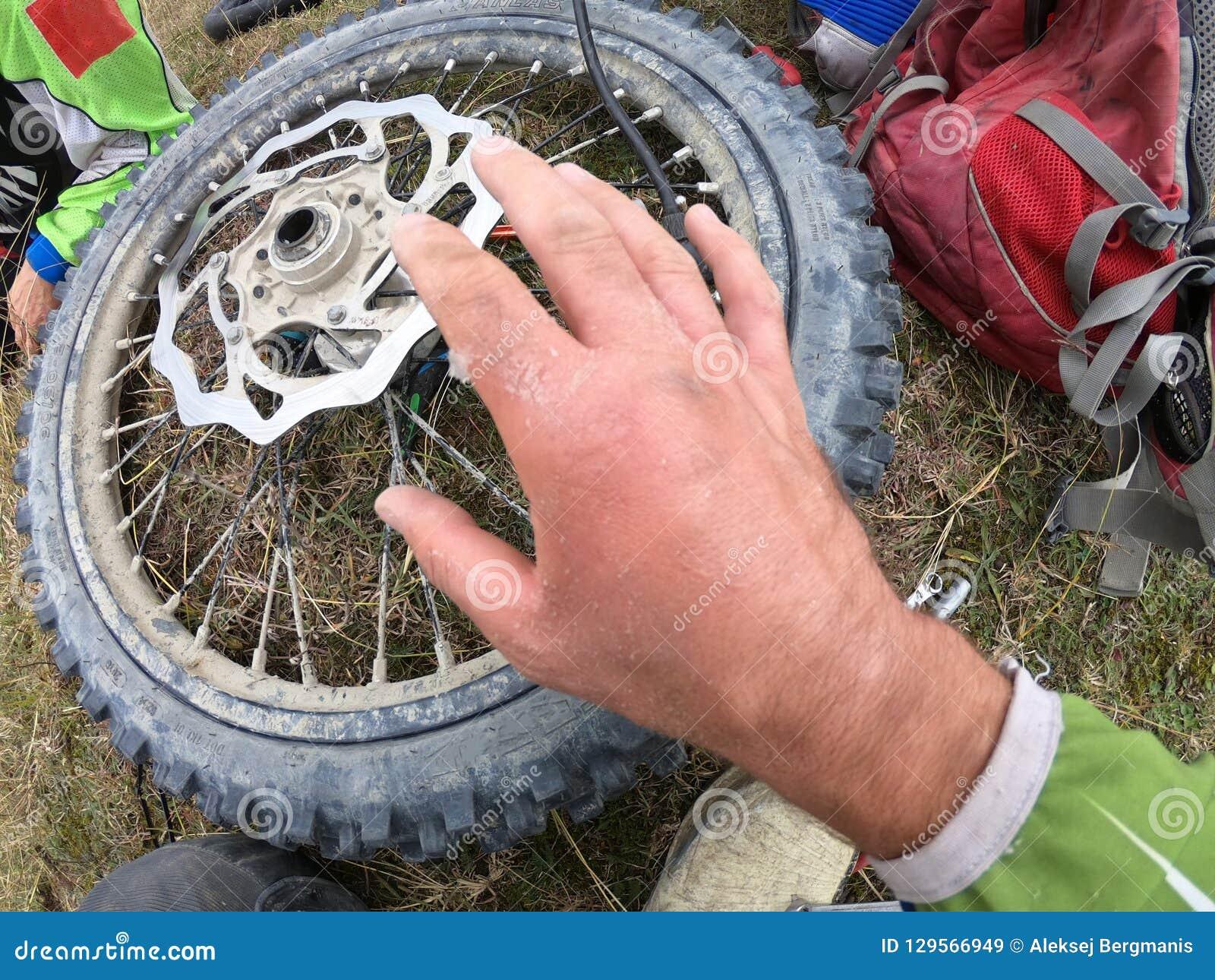 Ушиб руки на мотоцикле и ремонт колеса в горах