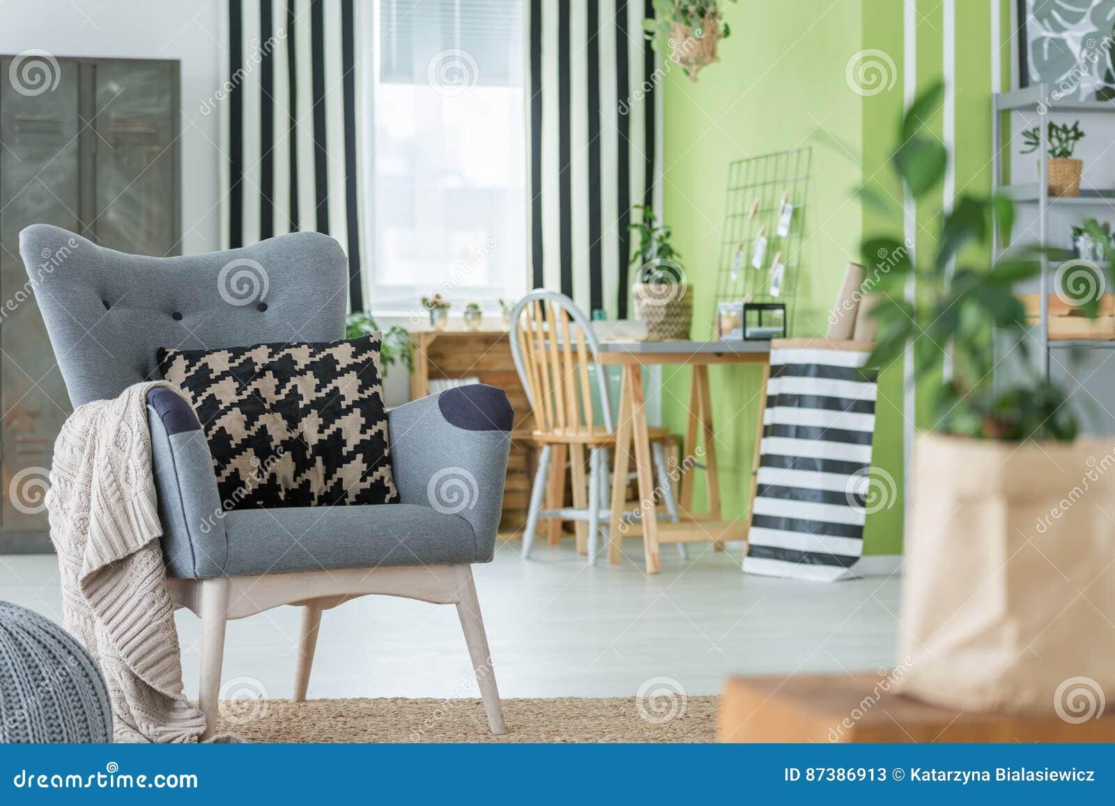 Уютная квартира с серым креслом