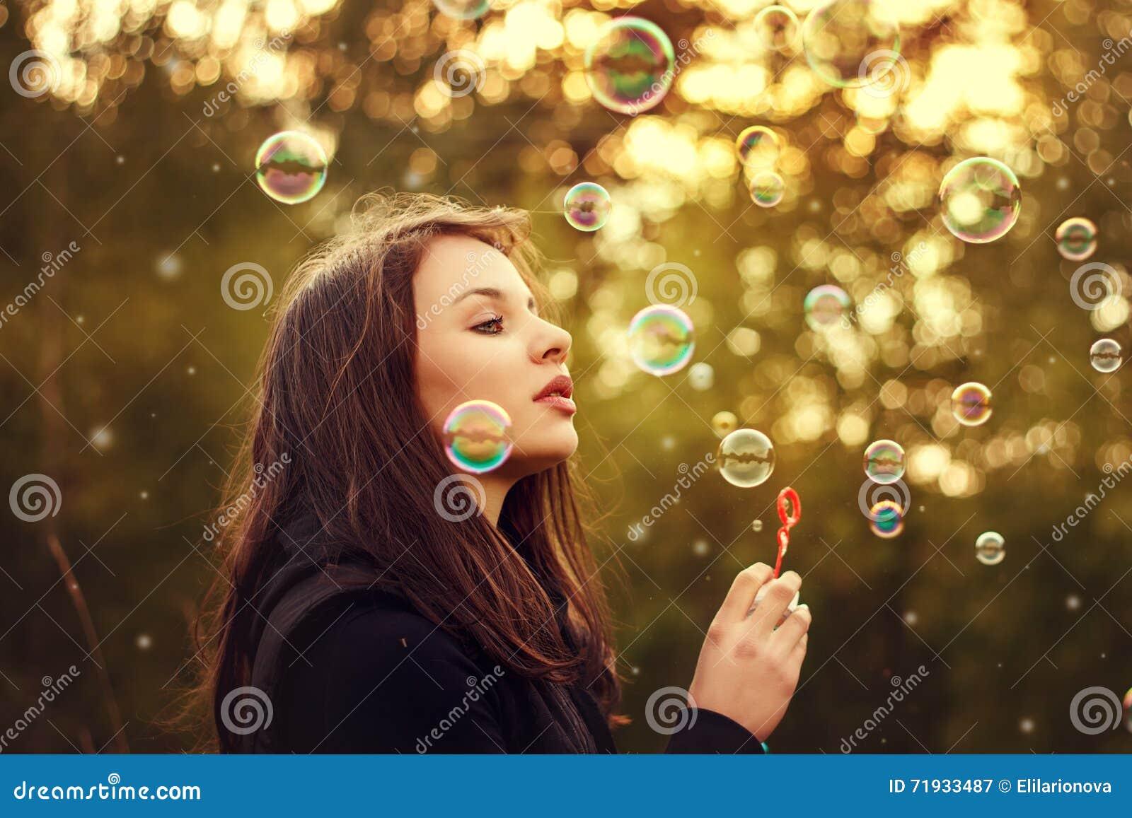 дуя мыло девушки пузырей молодое