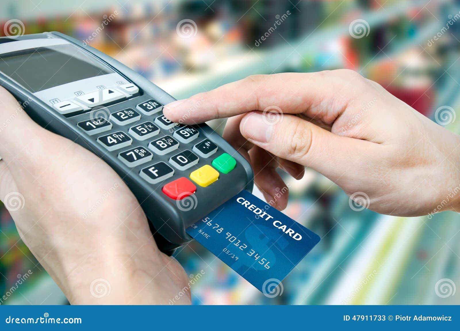 Удар кредитной карточки через стержень для продажи